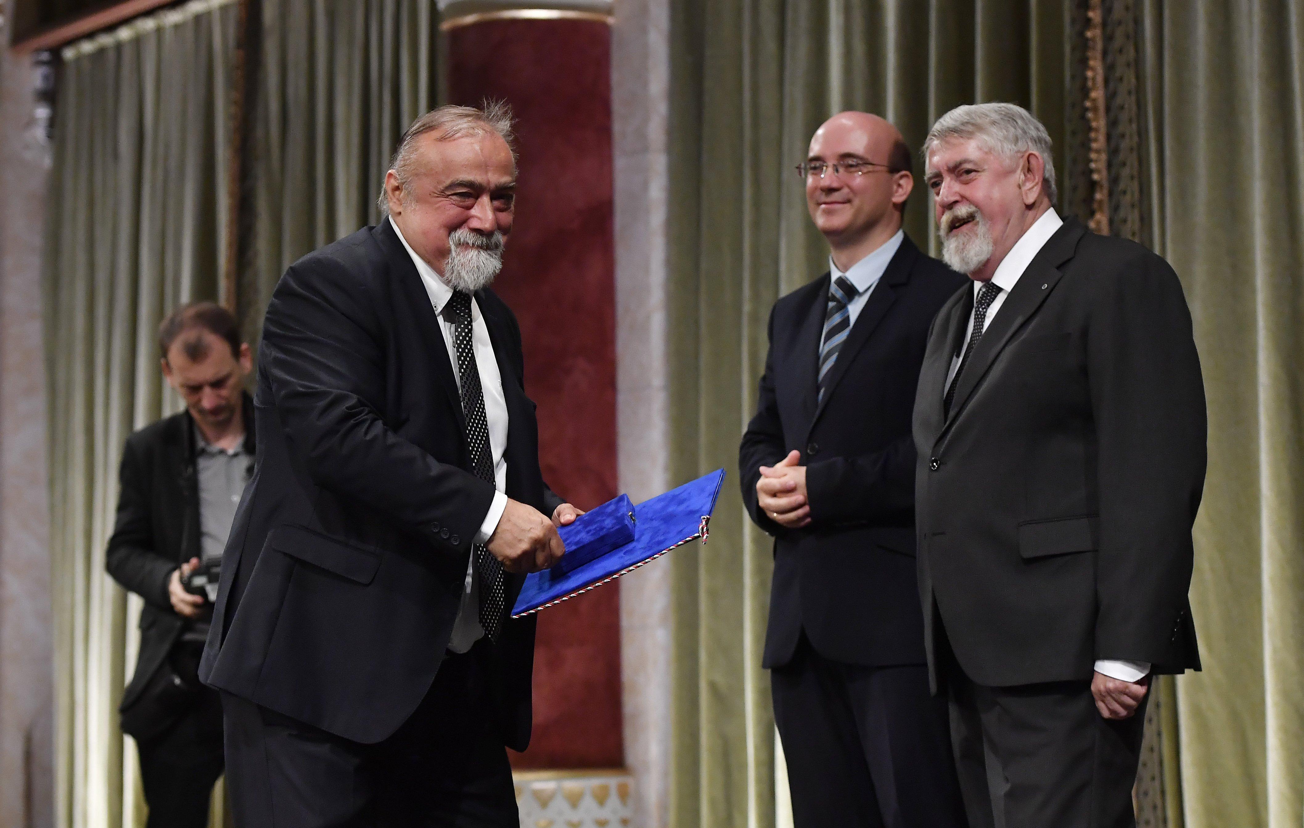 Kásler megint díjat adott Takaró Mihály szélsőjobboldali történésznek, de Mága Zoltánnak is