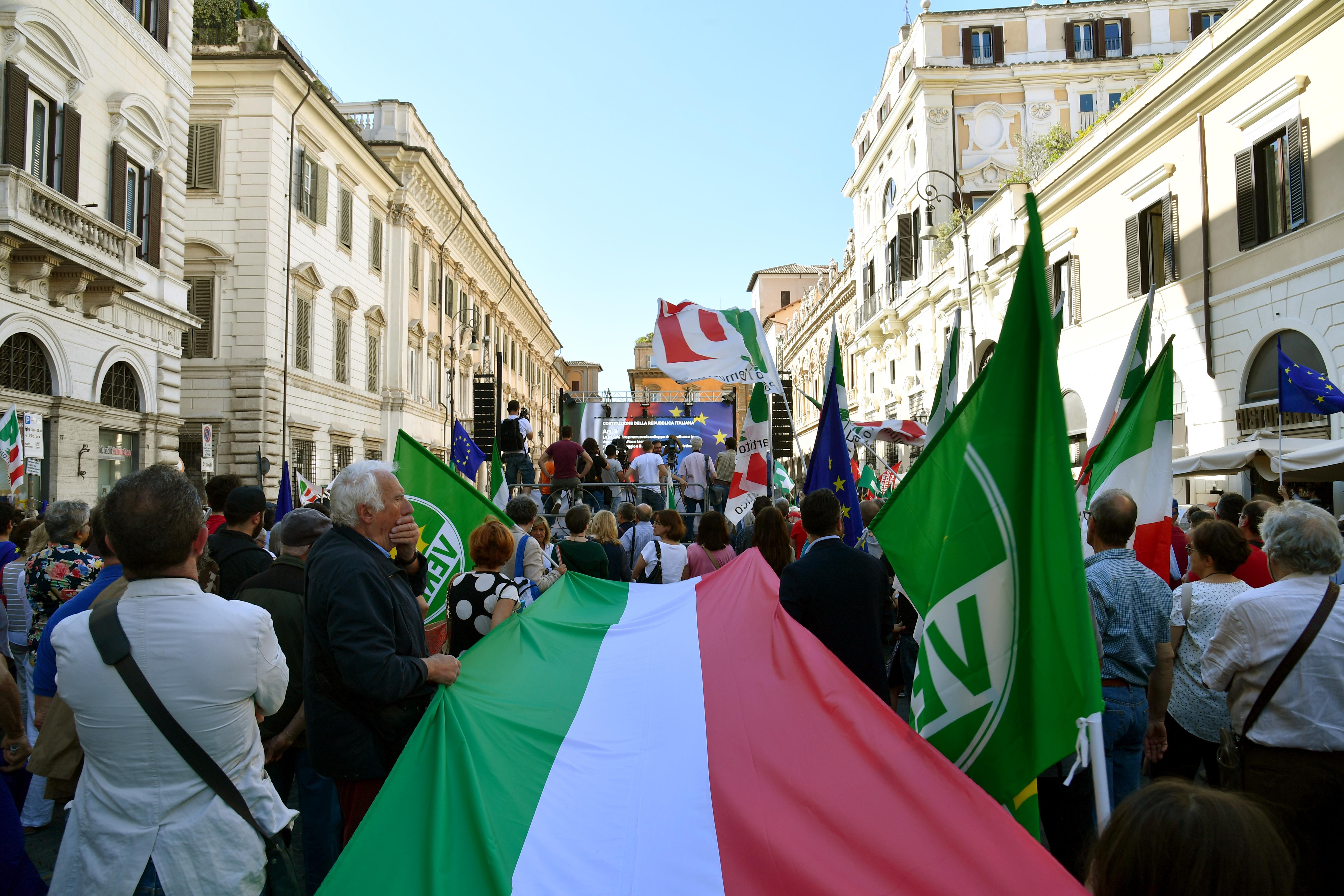 Olasz mércével is őrült hét után, de végül útjára indul a nagy mainstream-ellenes kormány