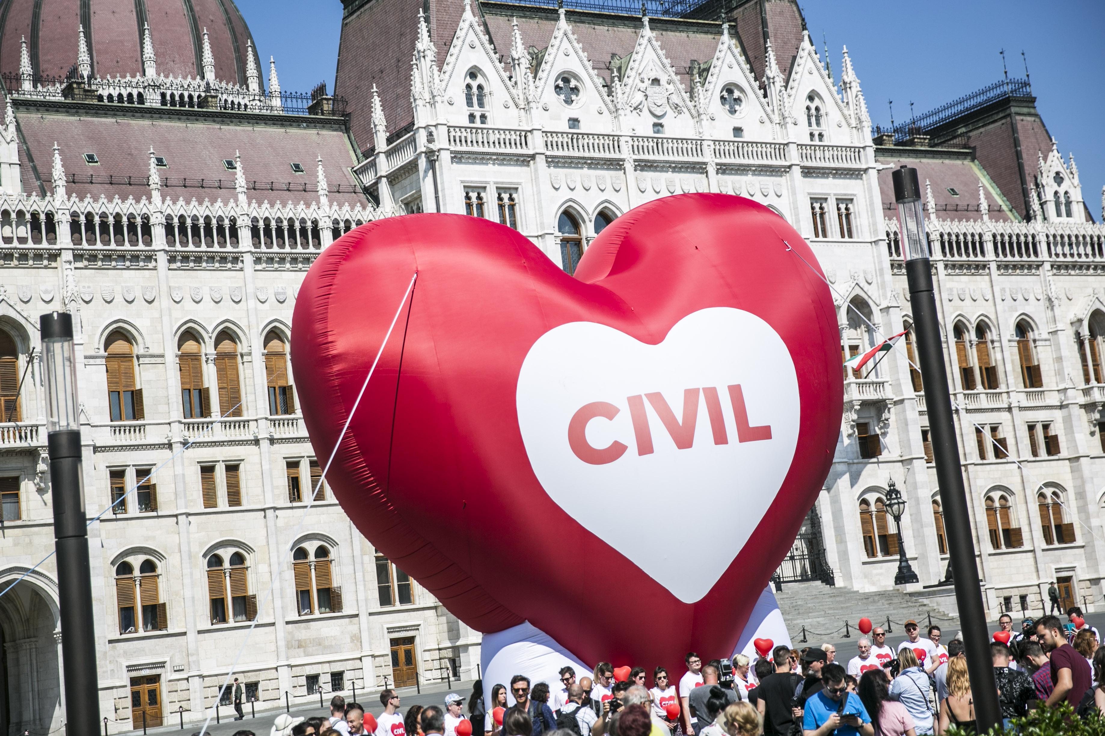 EU Bíróság: Jogsértő a külföldről támogatott civileket listázó törvény