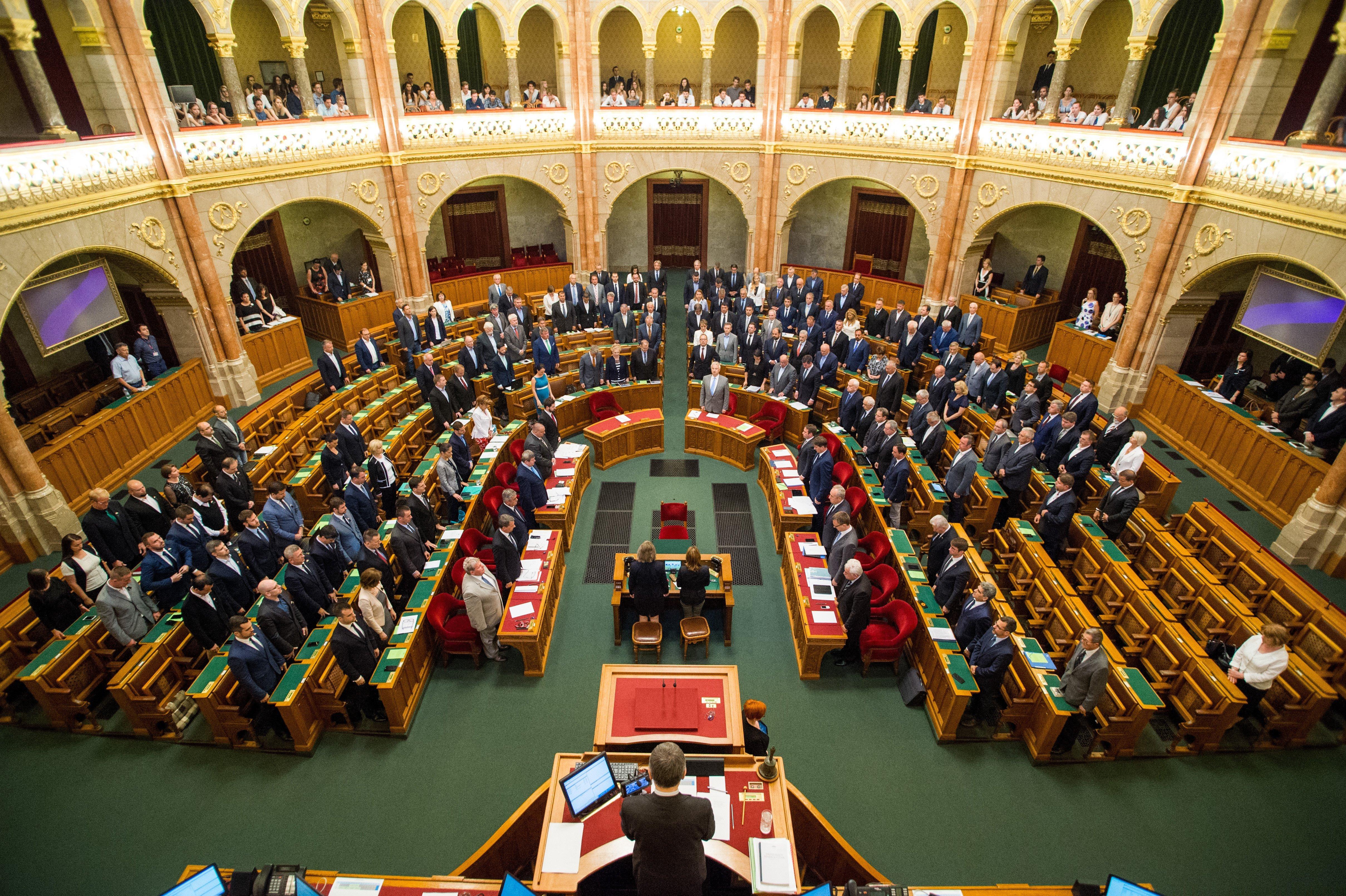 8 példa, amikor a kormány úgy válaszol az ellenzéknek, hogy valójában lehetőleg ne válaszoljon