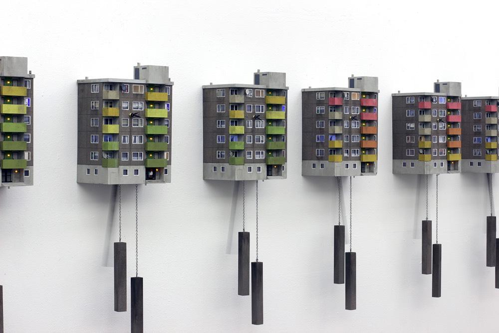 Brutalista épületeket másolva készít kakukkos órákat egy német művész