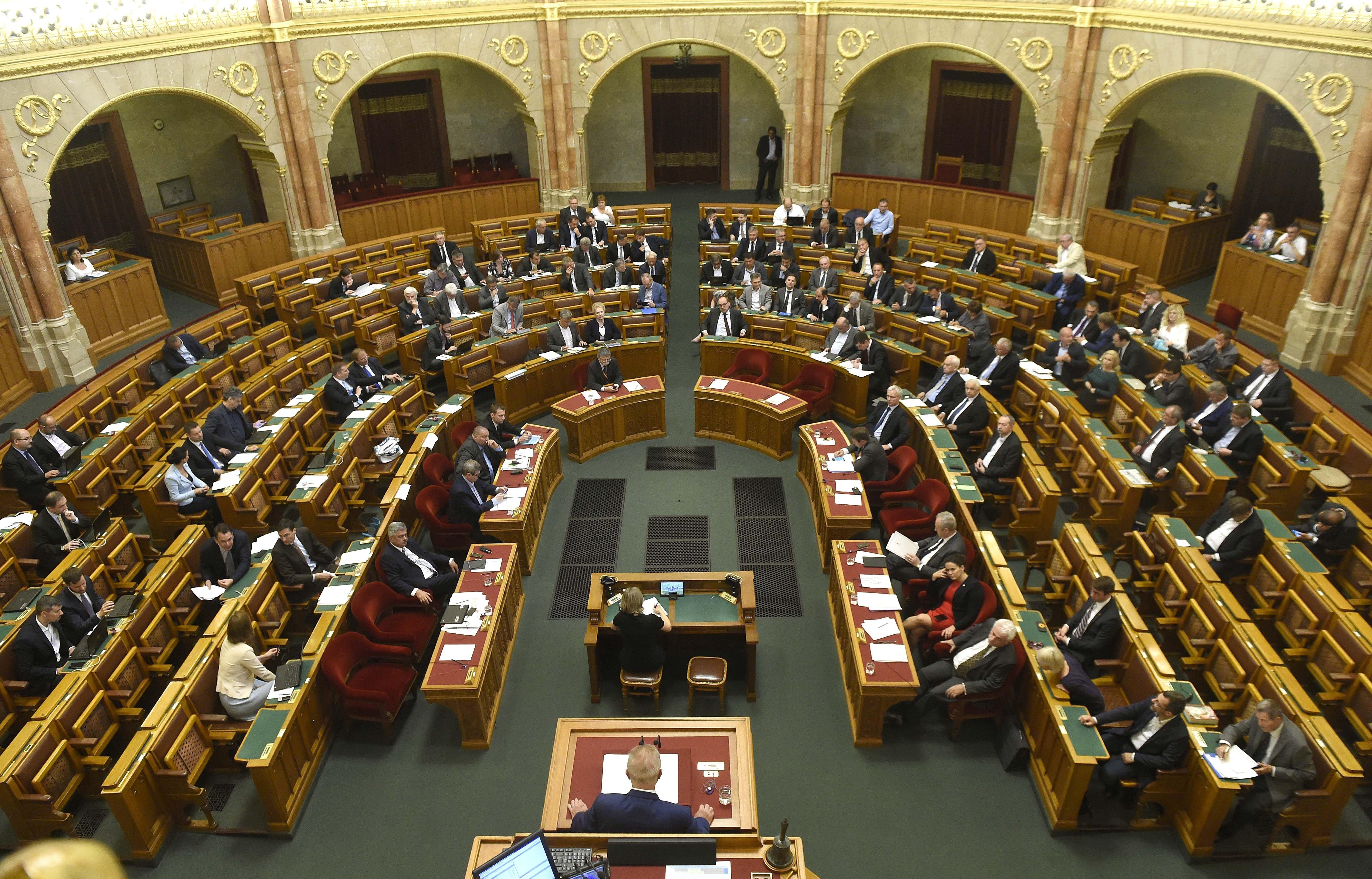 A parlament megkezdte a sorosozásba rejtett bírósági megregulázás és a gyülekezési jog korlátozásának megvitatását