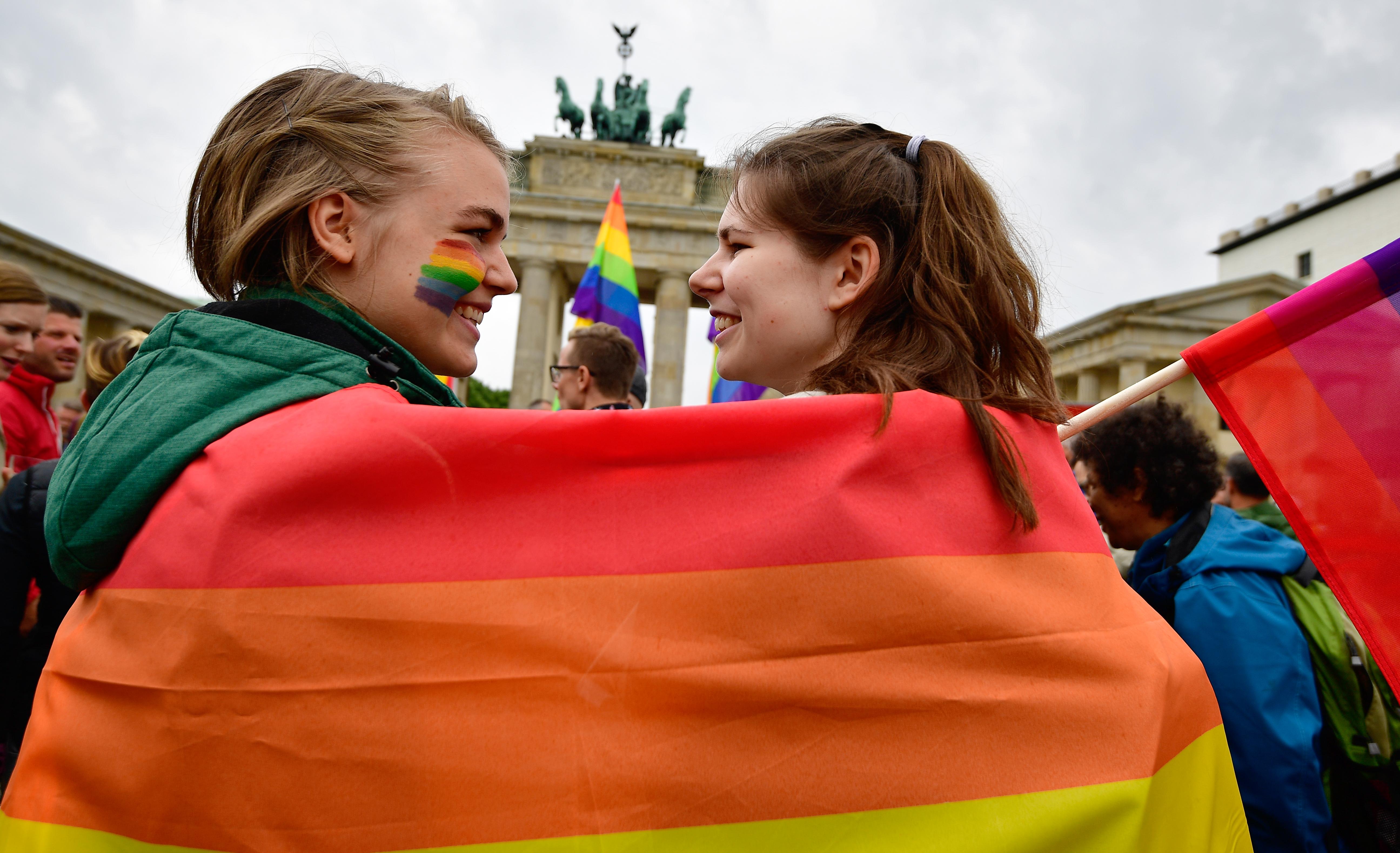 Az EU bírósága: az azonos nemű házastársakra is érvényes a szabad tartózkodáshoz való jog