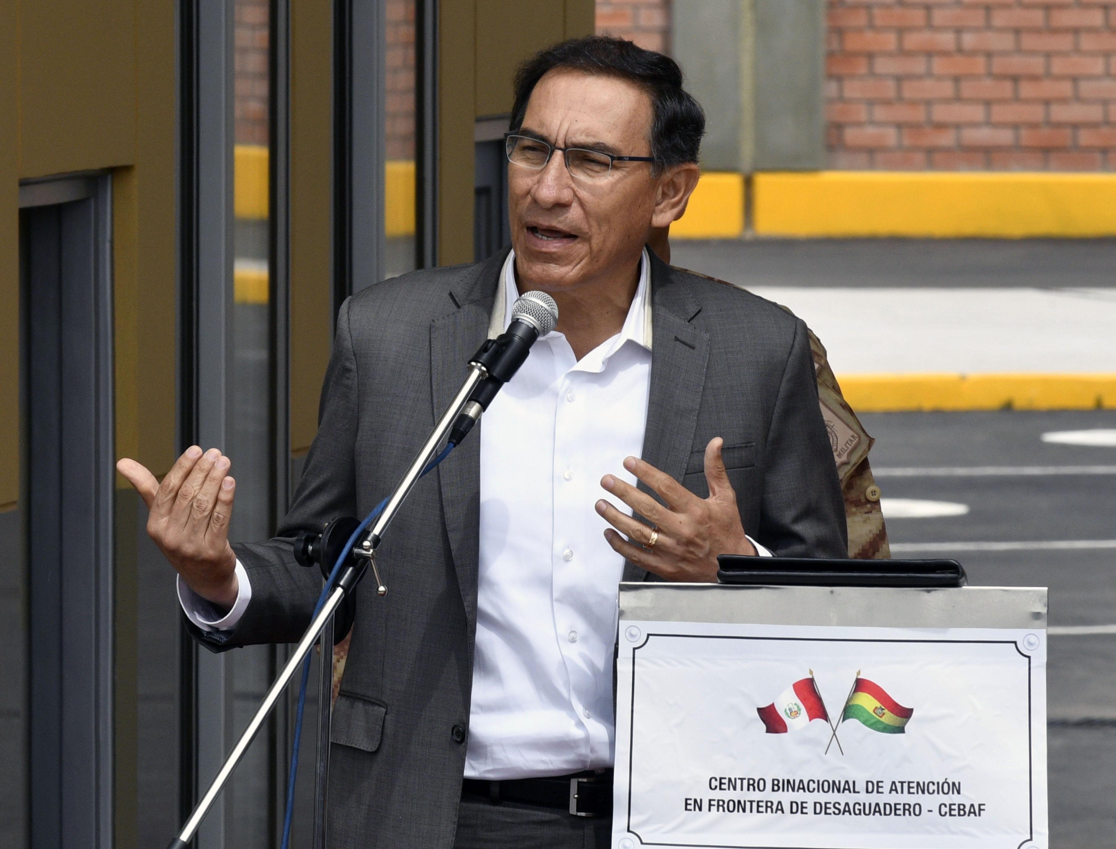 Korrupciós vádak miatt lemondatták Martin Vizcarra perui elnököt