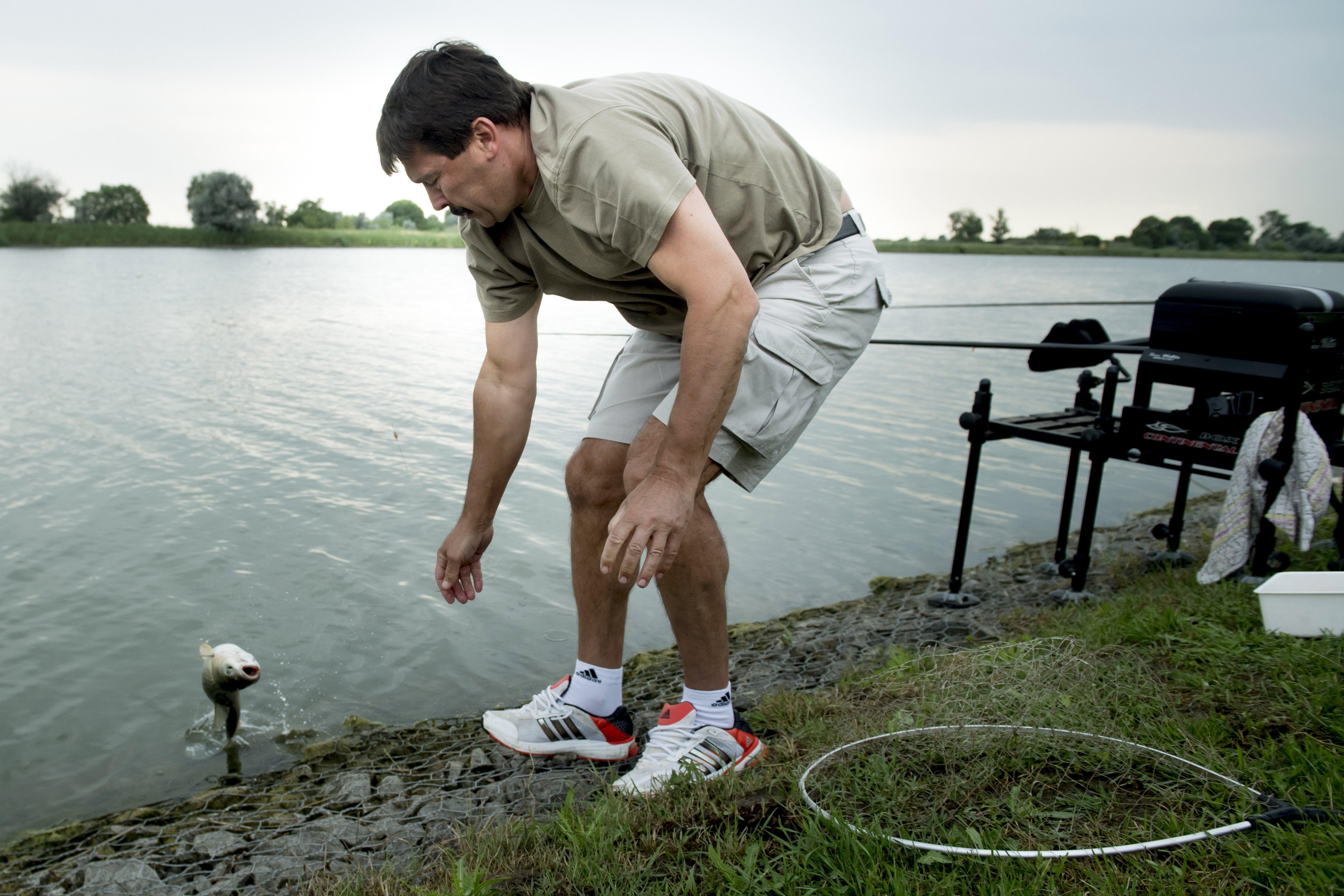 Áder János horgászás közben túltolta a normcore-t