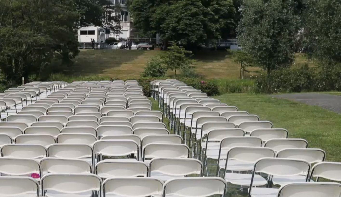 298 üres széket állítottak fel az orosz követségnél az MH17 utasainak hozzátartozói