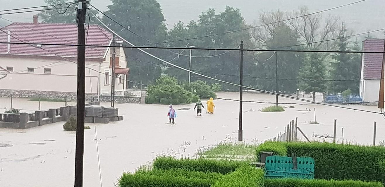 Autókat sodort el a villámárvíz Szilvásváradon