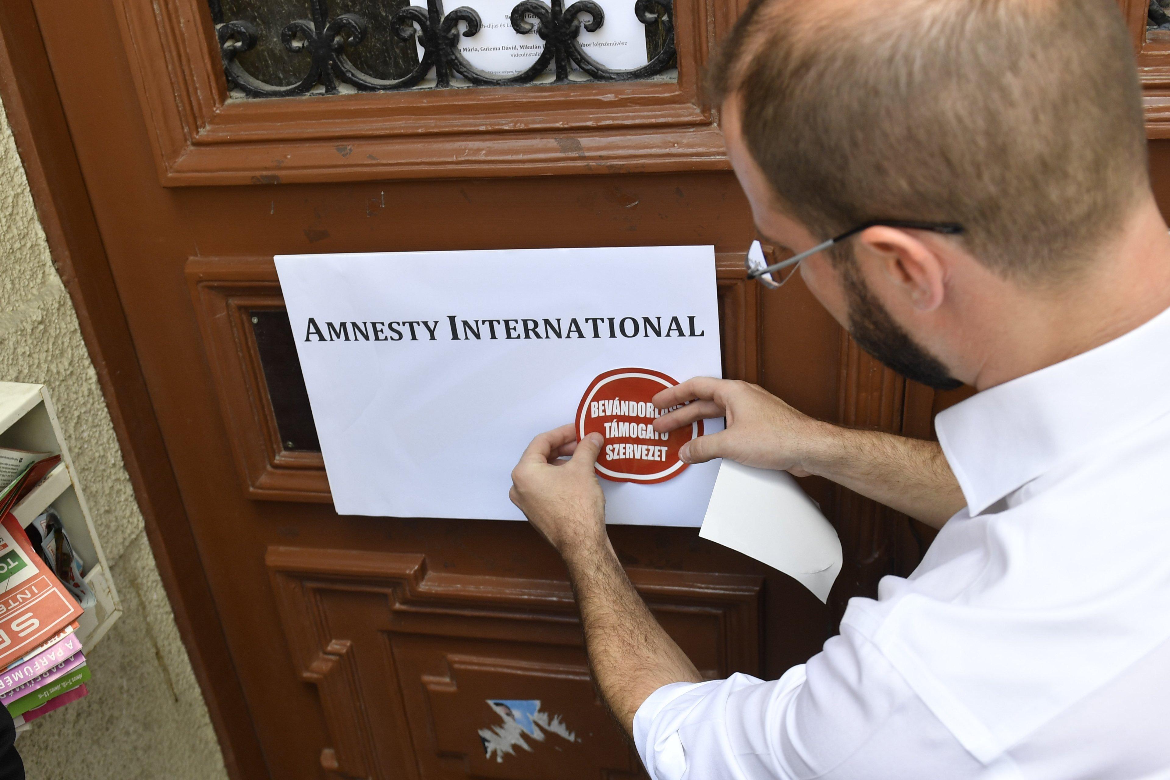 Hiába matricázott a Fidesz, a civilek nem fizetik be a bevándorlási különadót