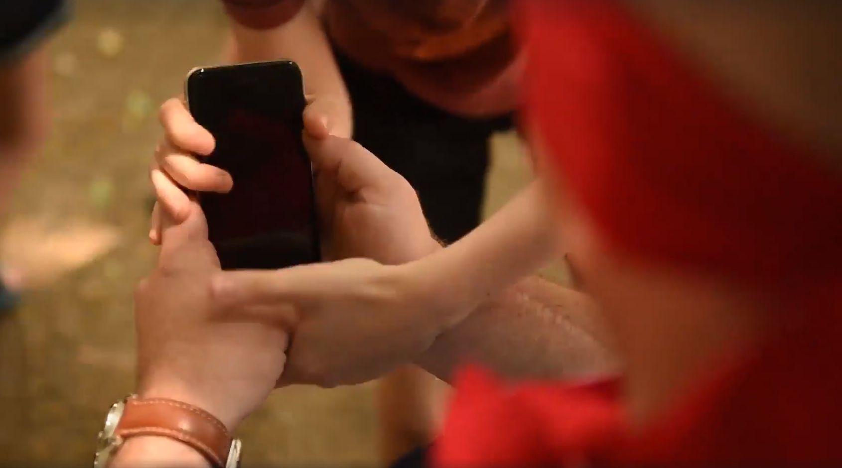 Garázda gézengúzok lopták el Vakáció Kapitány mobiltelefonját