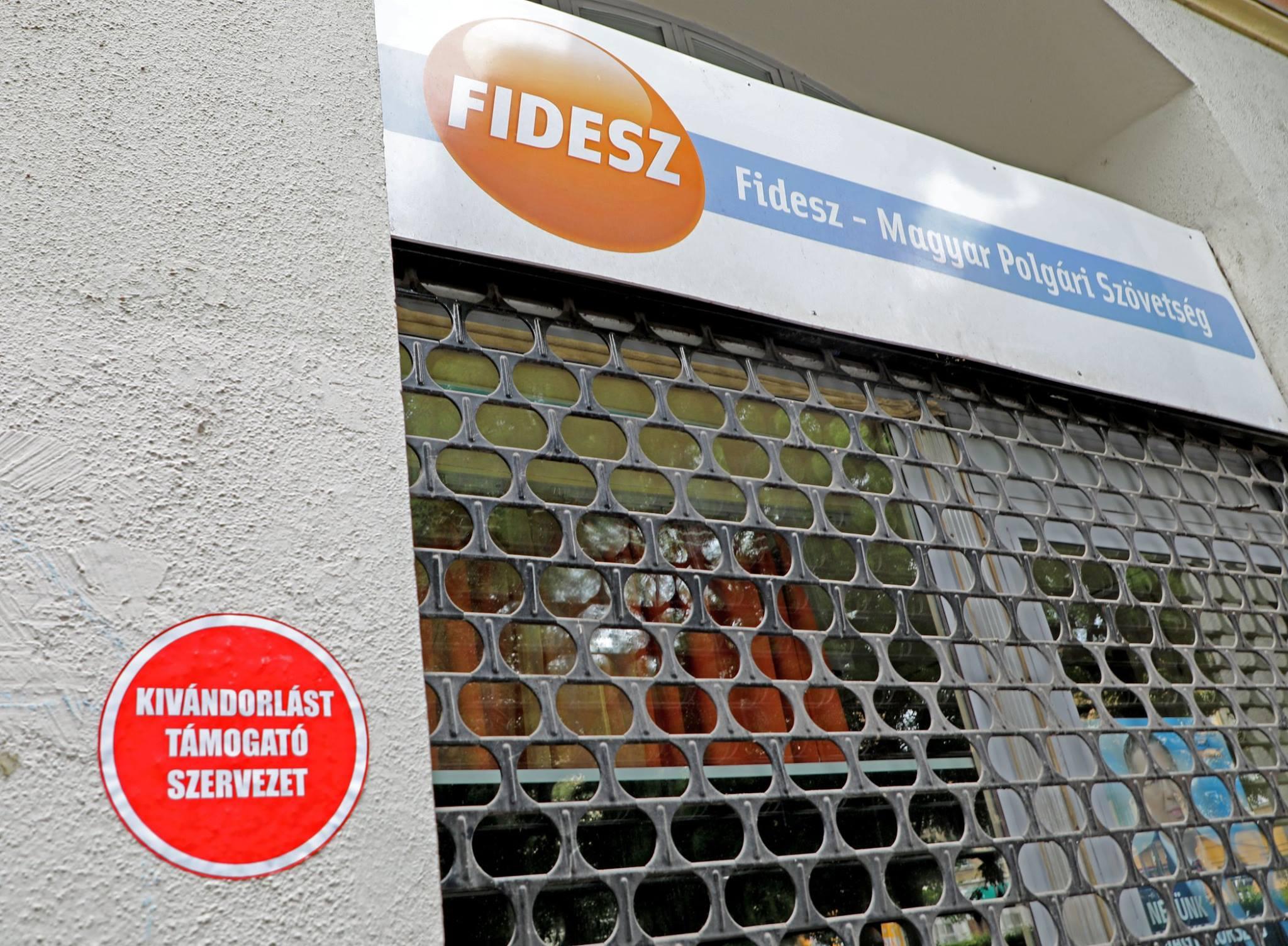 """Felmatricázták a Fidesz-irodákat: """"Kivándorlást támogató szervezet"""""""