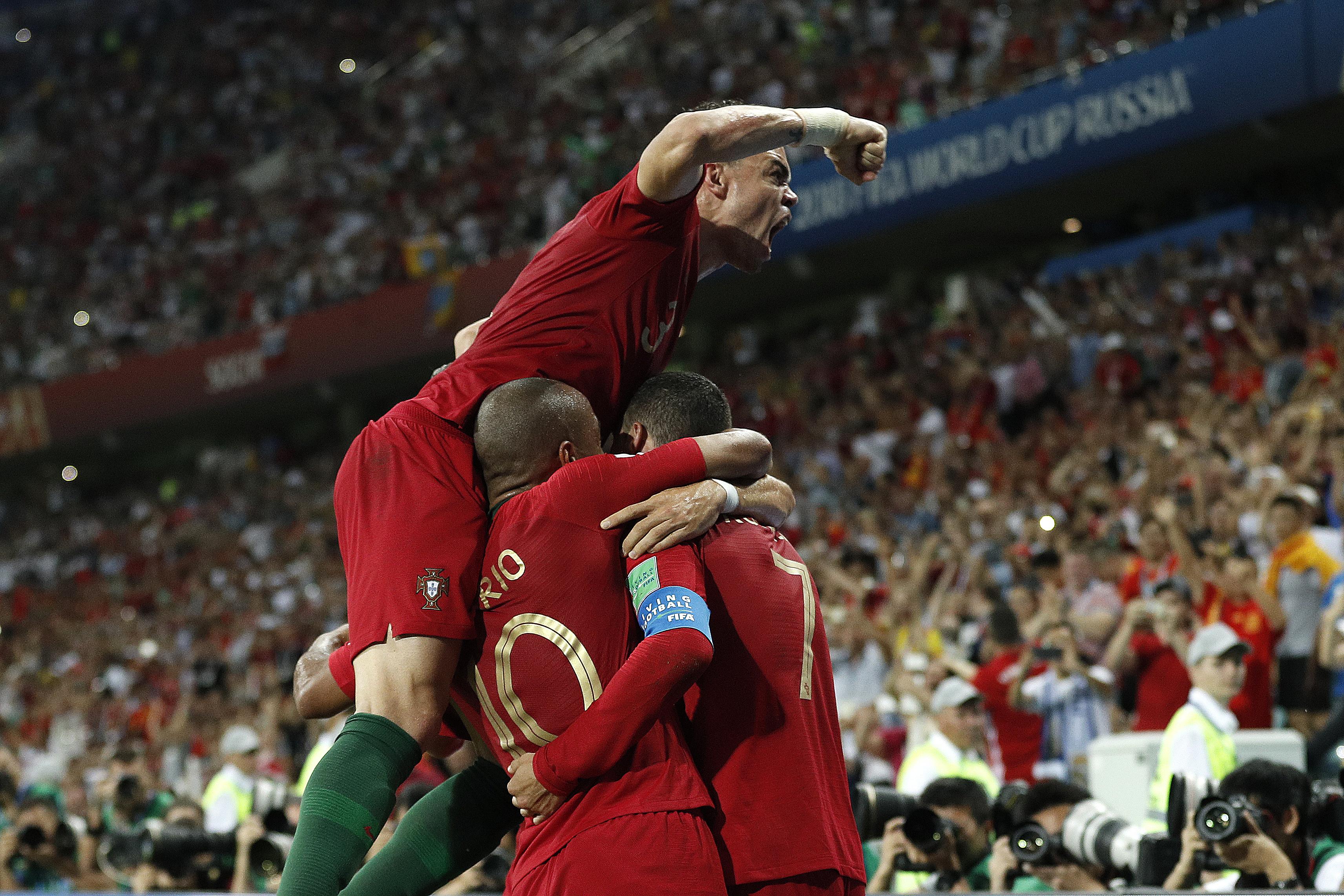 Nagyon észnél volt az egyik portugál, nehogy Ronaldo ölelgetése közben gólt kapjanak a spanyoloktól