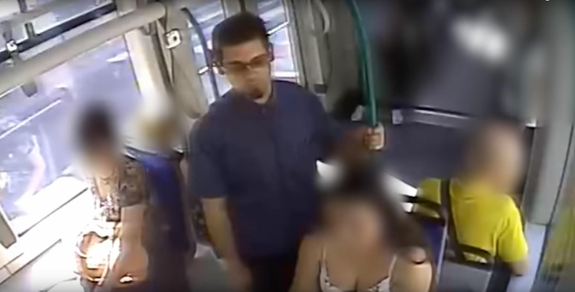 Egy szemüveges férfi a farkát lógatta a 4-es, 6-os villamoson egy nő mellett