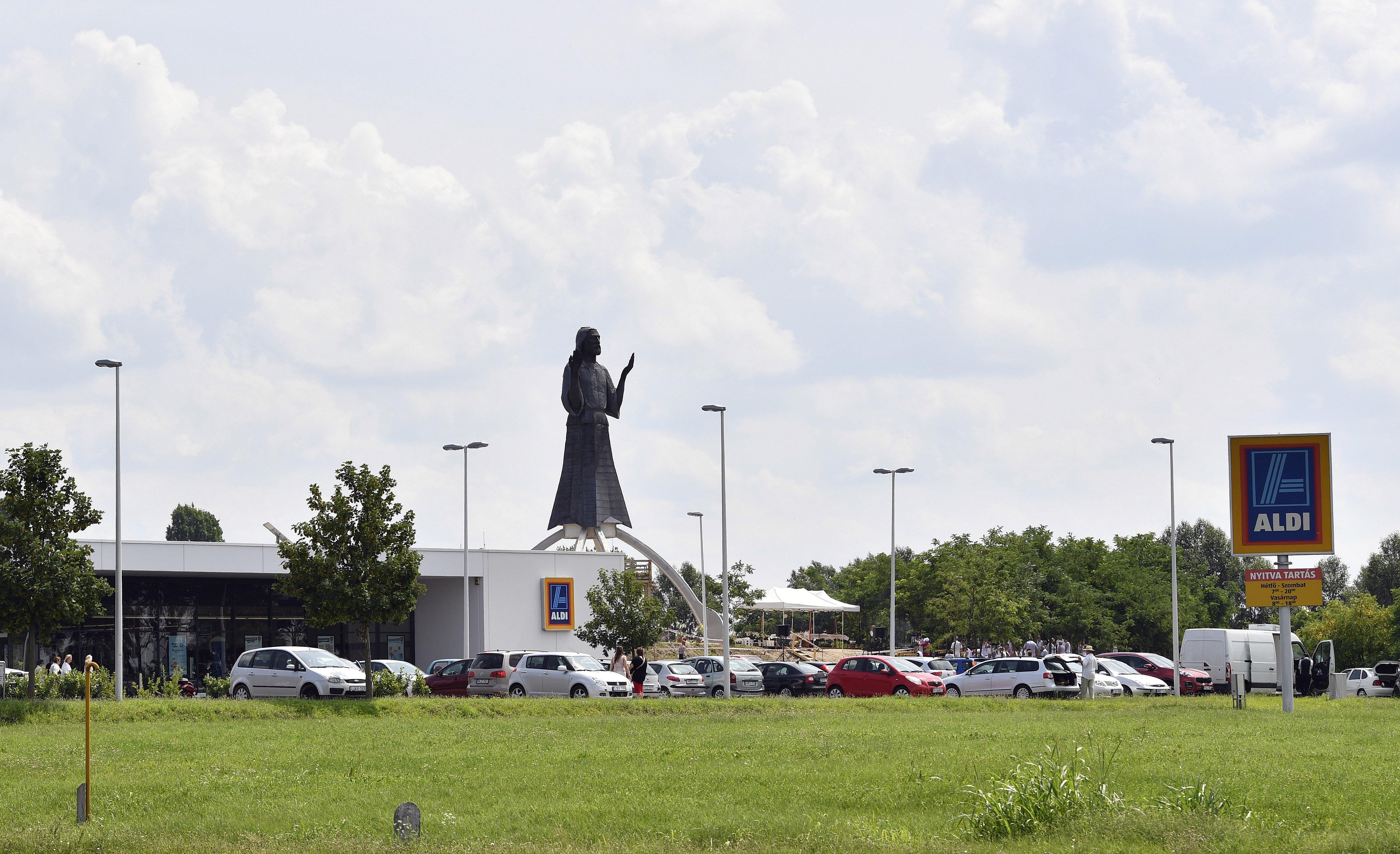Gigantikus Jézus-szobrot emeltek a dabasi Aldi mellett