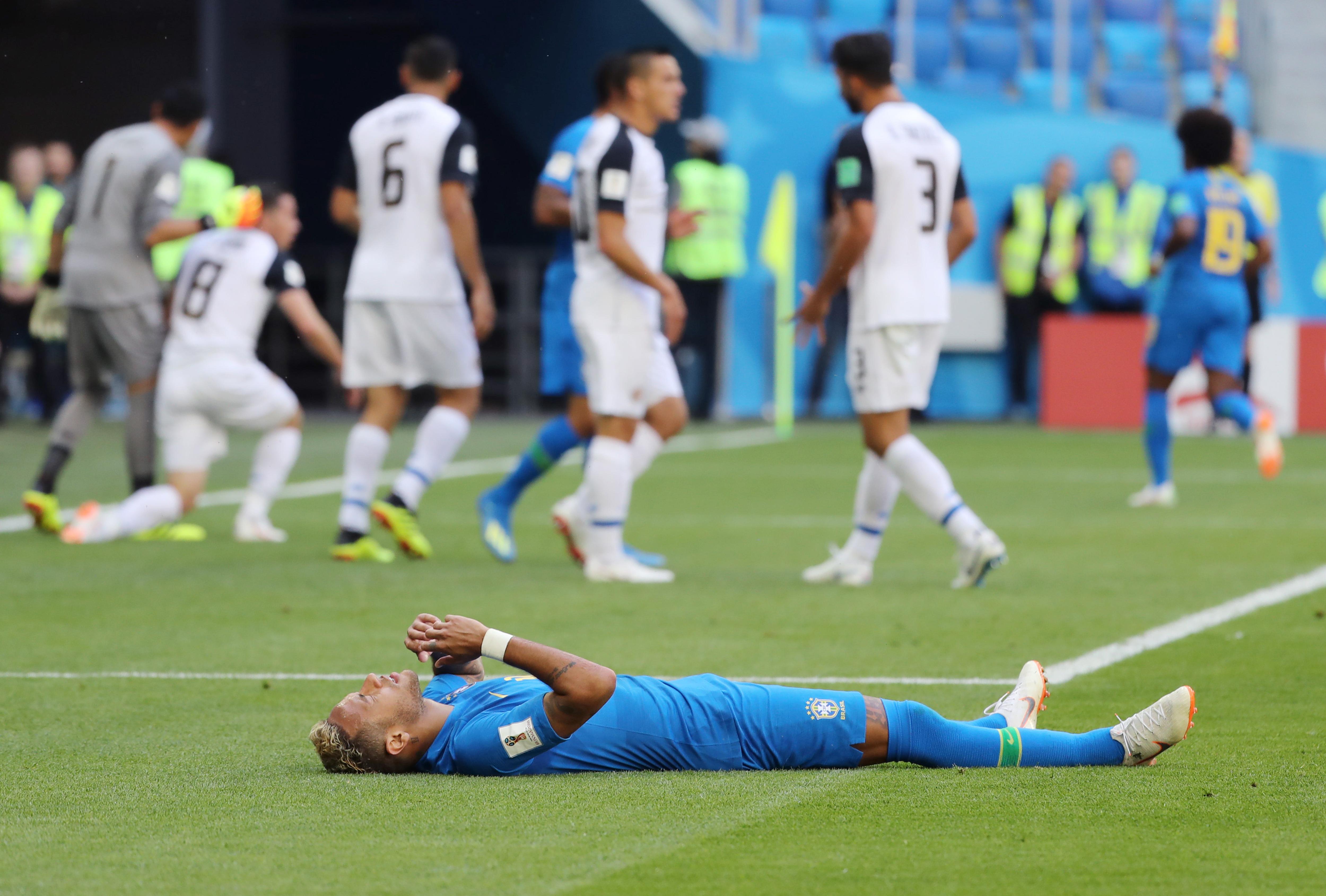 Ennél jobb nem történhetett a modern futballal: a hatalmasat kamuzó Neymart legyőzte a videóbíró