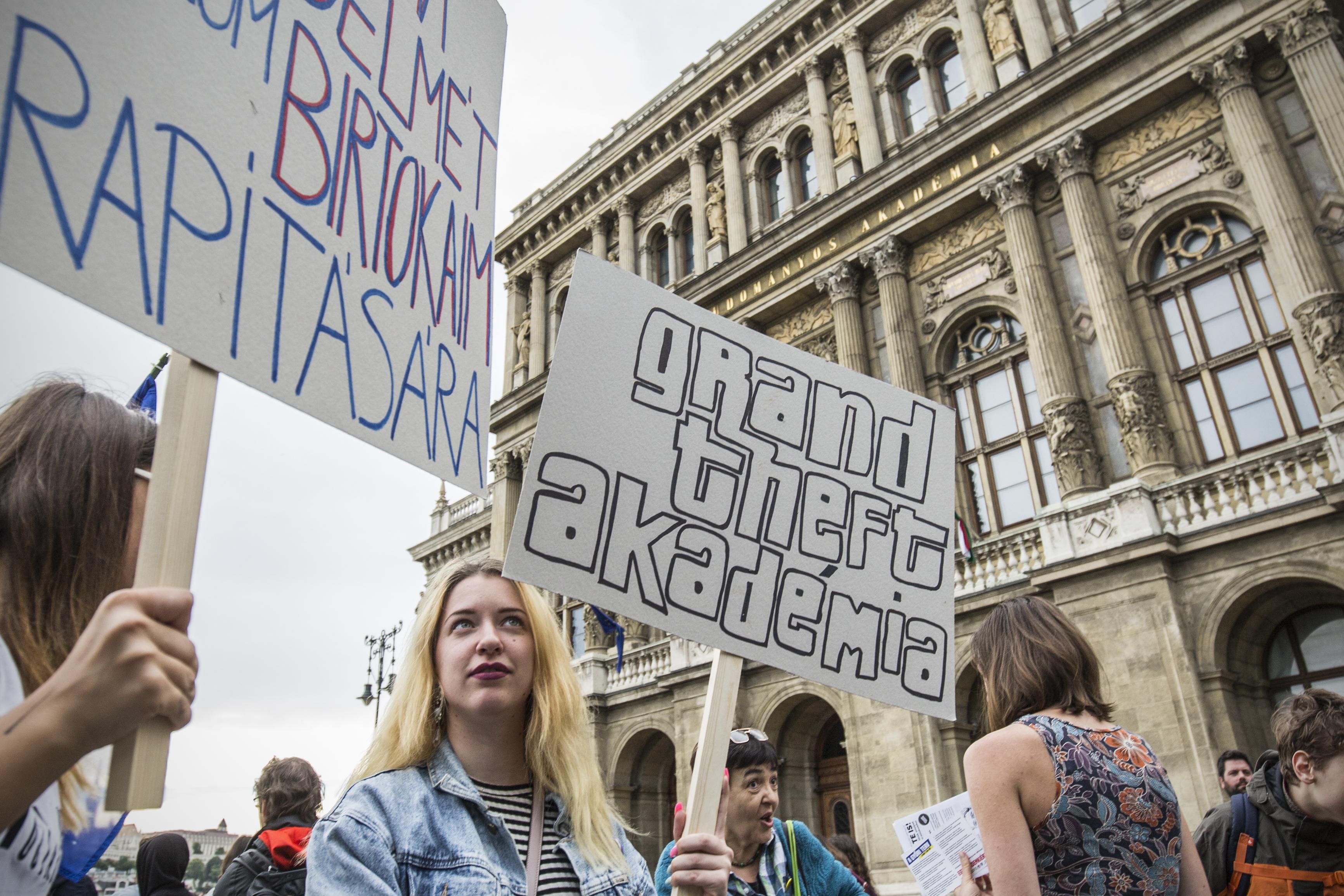 A hazacsábított fiatal kutatók Orbán Viktortól kérik, hogy  állítsa le az MTA átalakítását