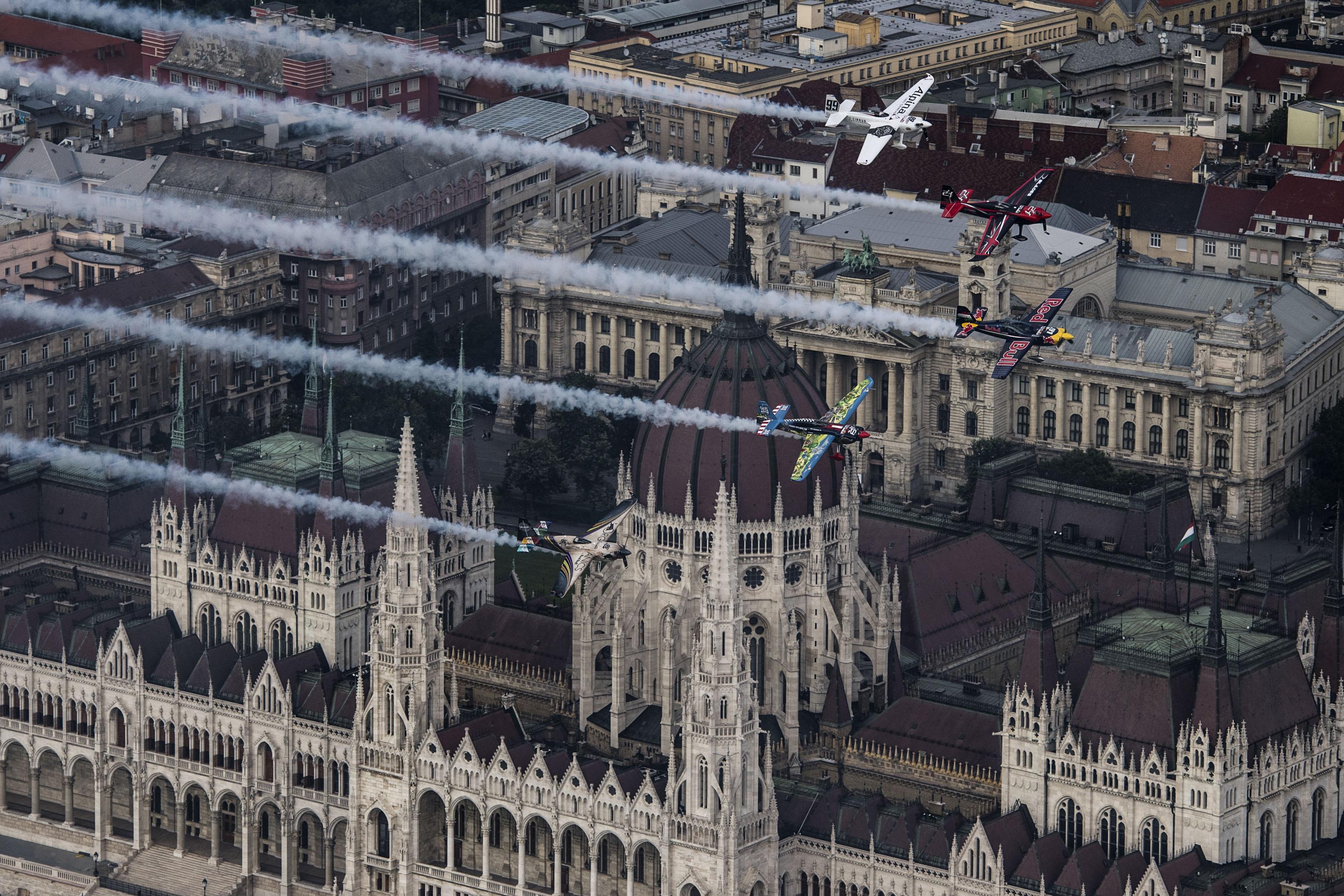 A Red Bull Air Race helyett itt a Magyar Honvédség légi parádéja