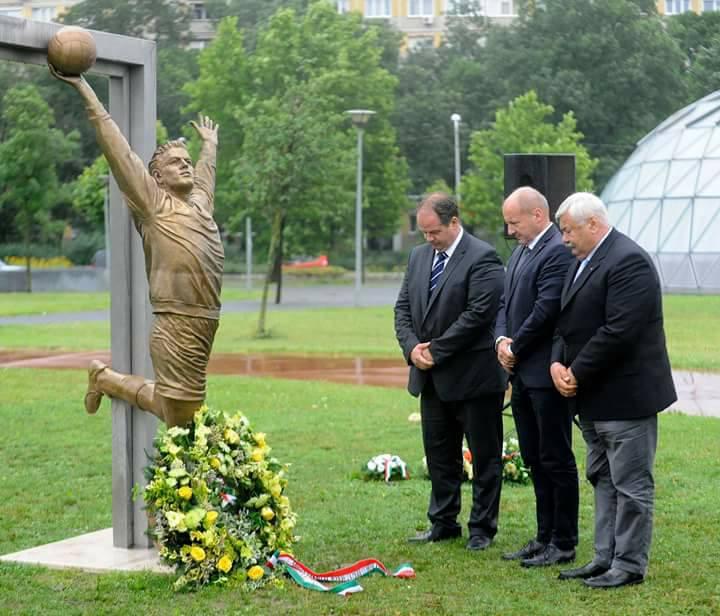 Tökéletes kép, amelyen egy mártírnak álcázott focista szobra előtt hajbókolnak KDNP-s politikusok