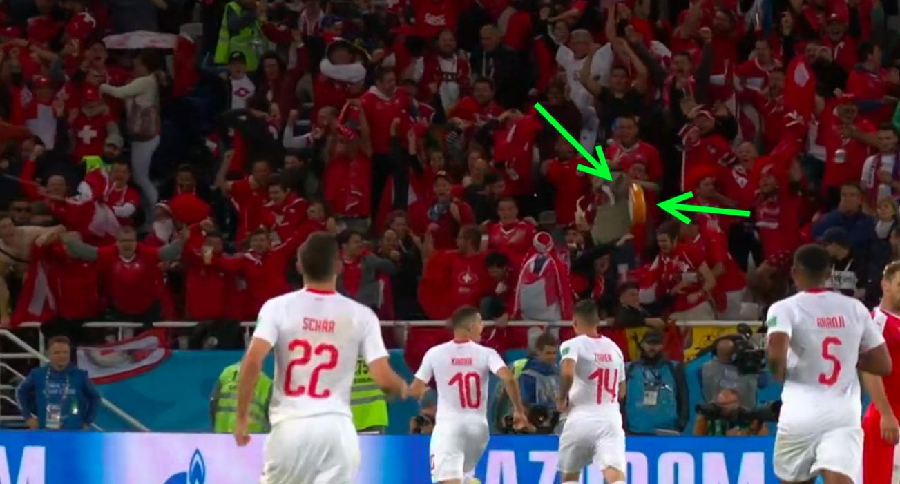 Egy hatalmas guriga sajtot dobtak a szurkolók a győztes gólt szerző svájcinak