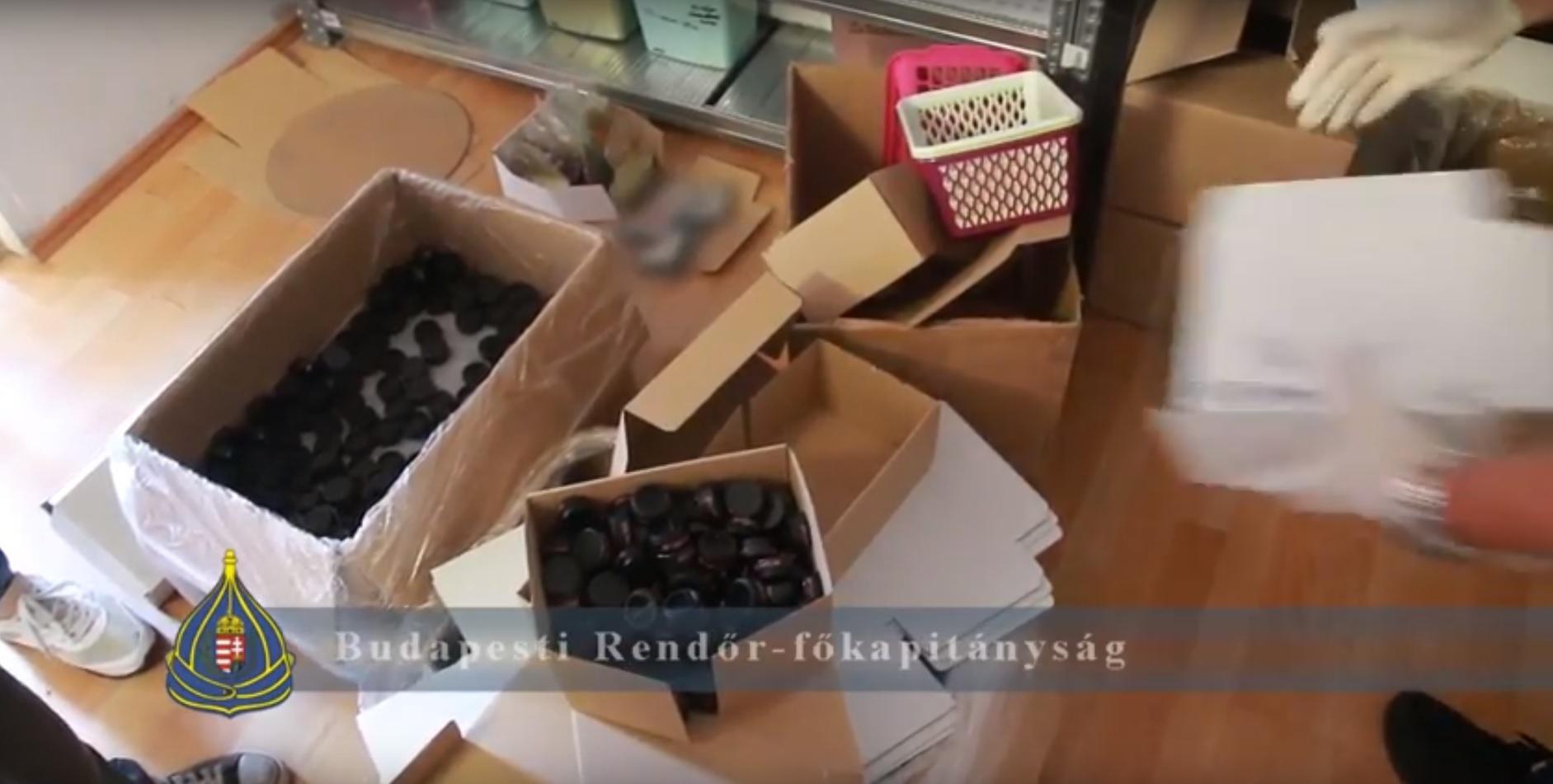 Két budapesti nőt telepakolta a lakását lopott kozmetikai termékekkel