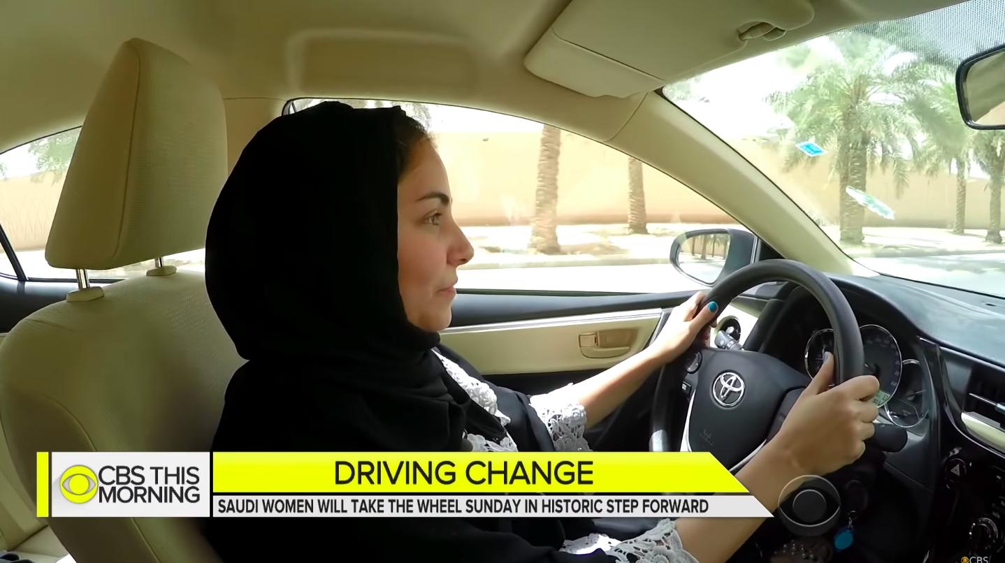 Holnaptól szabadon vezethetnek a szaúd-arábiai nők