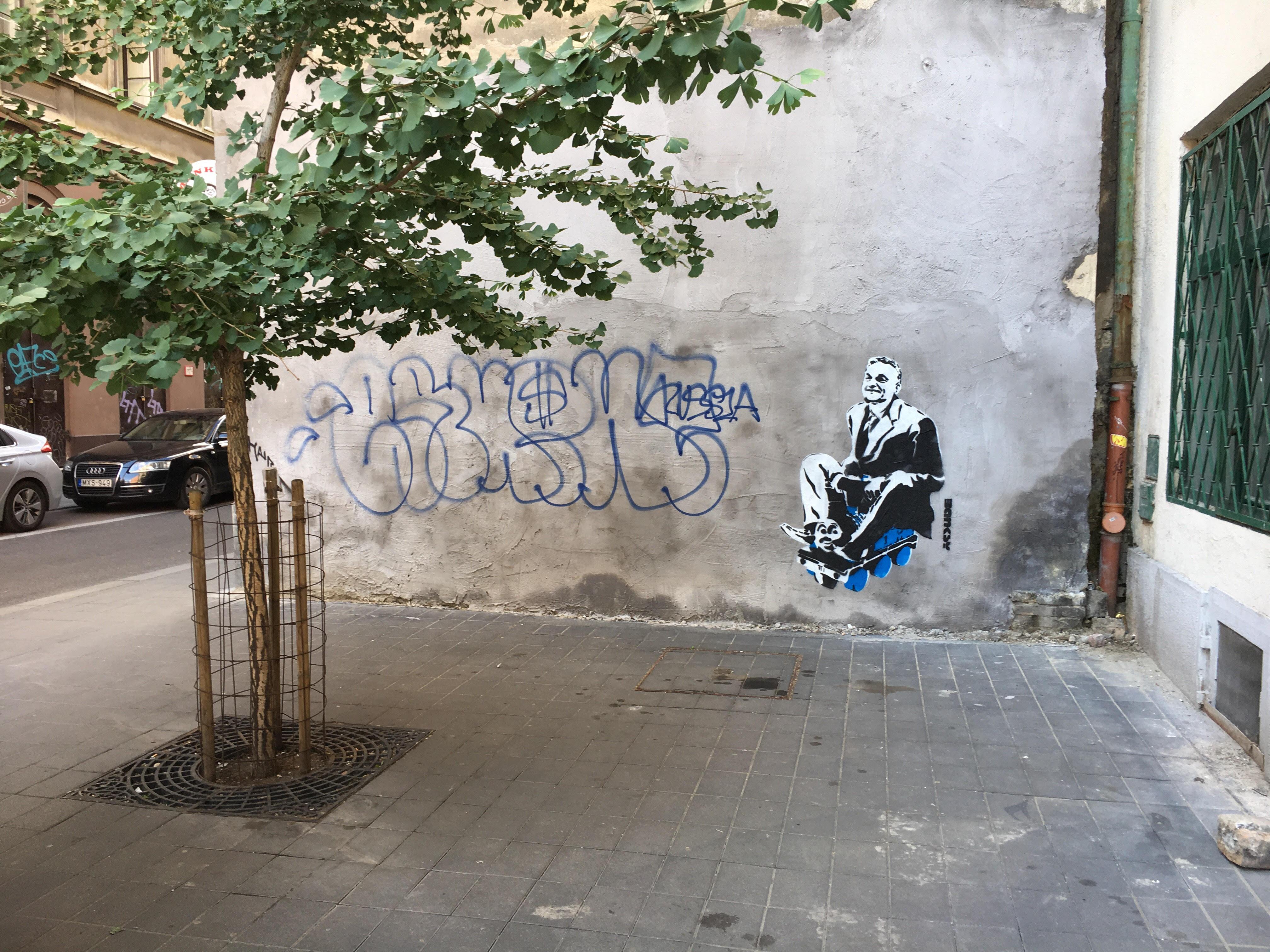 Banksy tagadja, hogy ő festette volna a vonatos Orbánt a Dob utca sarkára
