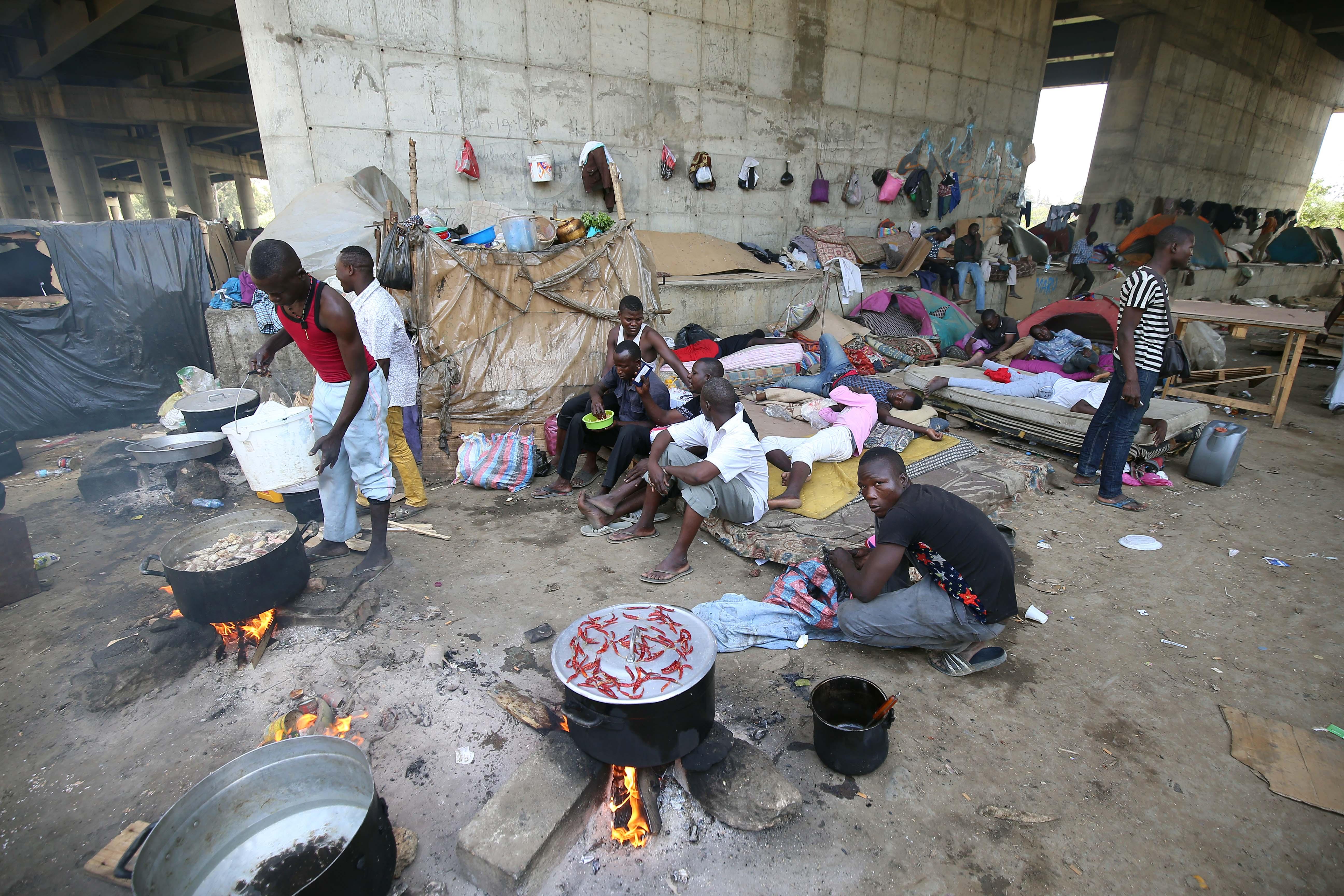 Több mint 13 ezer kiutasított bevándorlót hagytak magukra a Szaharában az algériai hatóságok