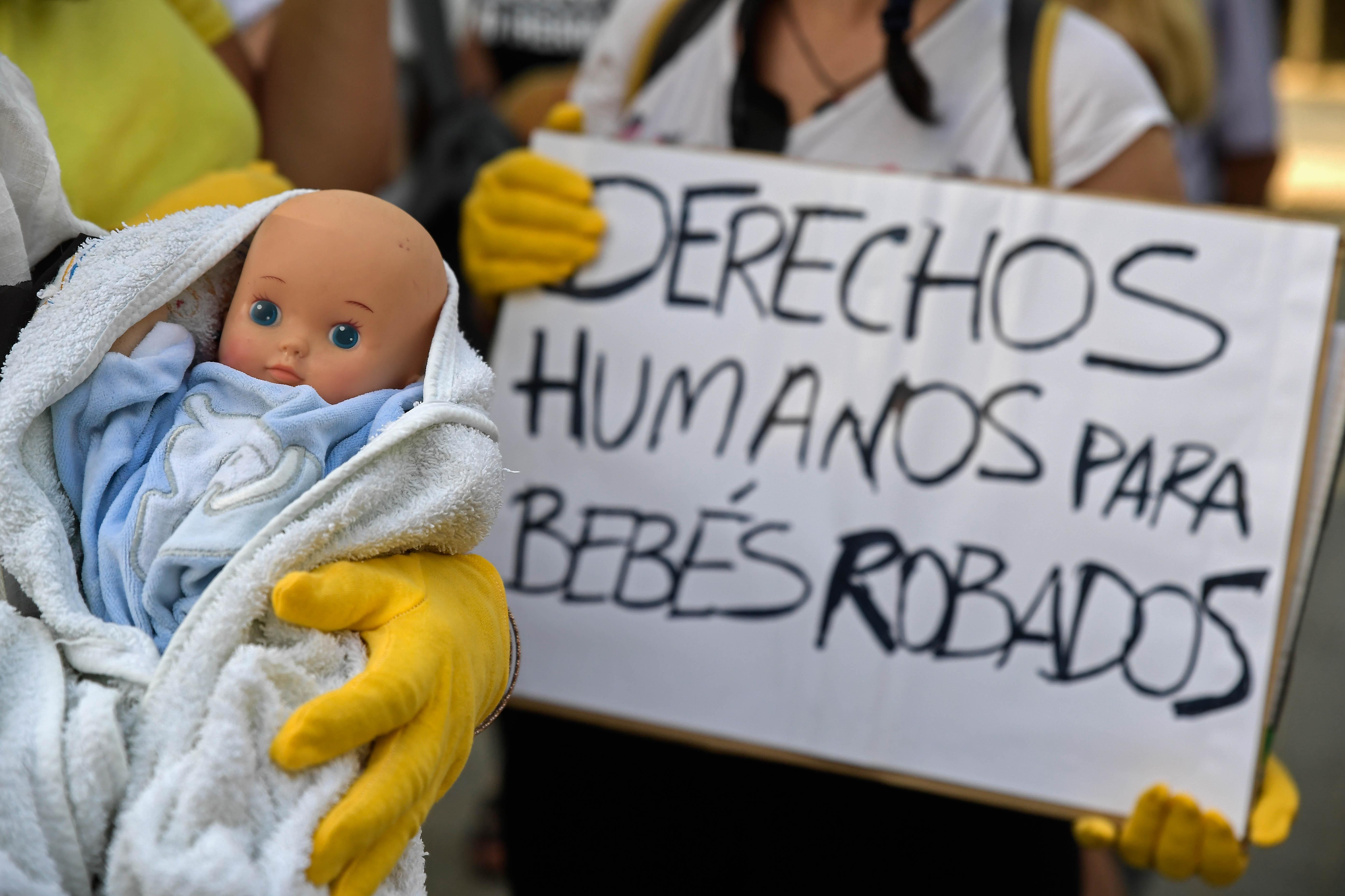 Nem kell felelnie tetteiért a spanyol nőgyógyásznak, aki újszülöttek ezreit rabolhatta el