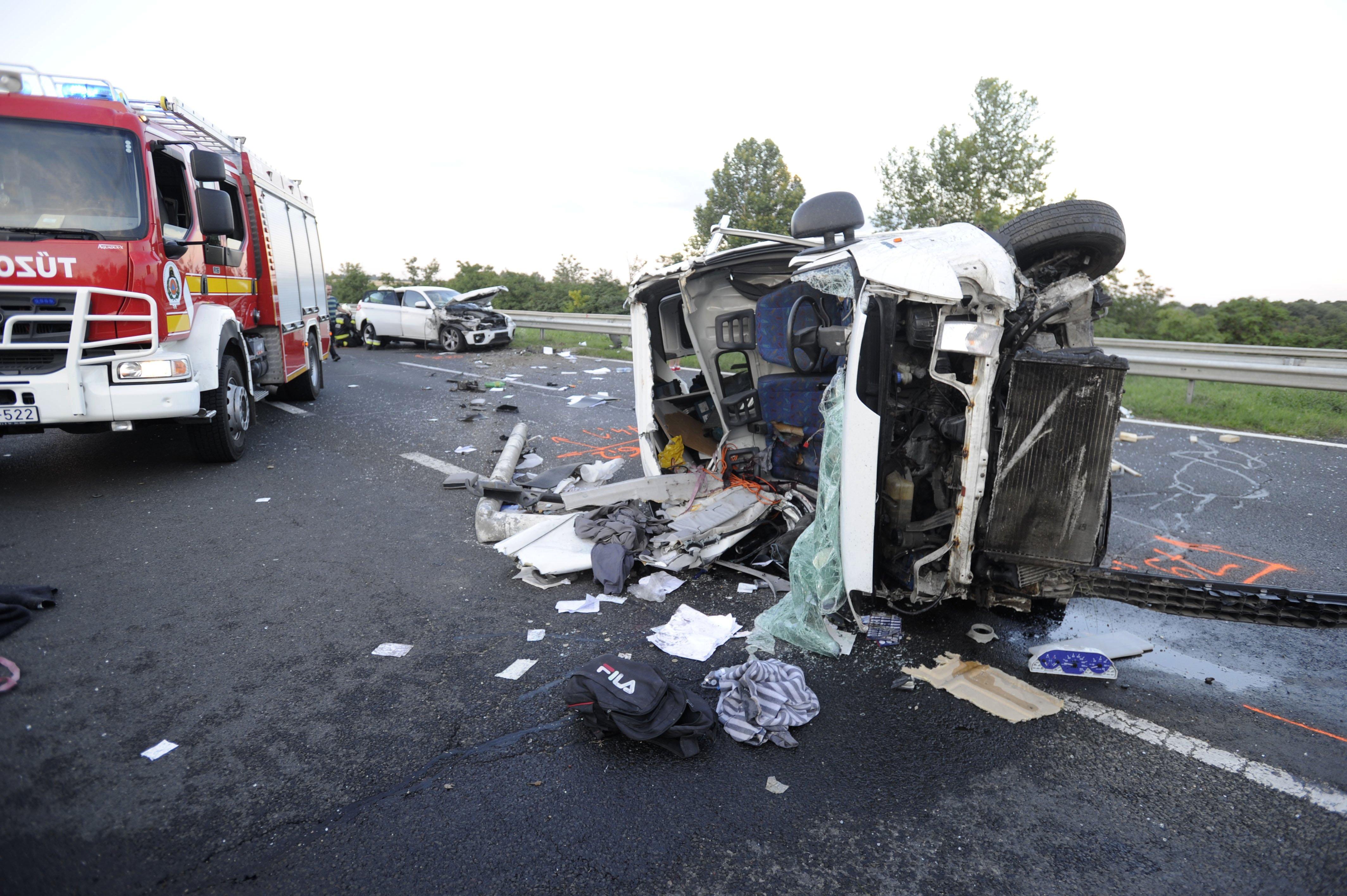 Olaj folyt az útra, teljes szélességében lezárták az M7-es autópályát