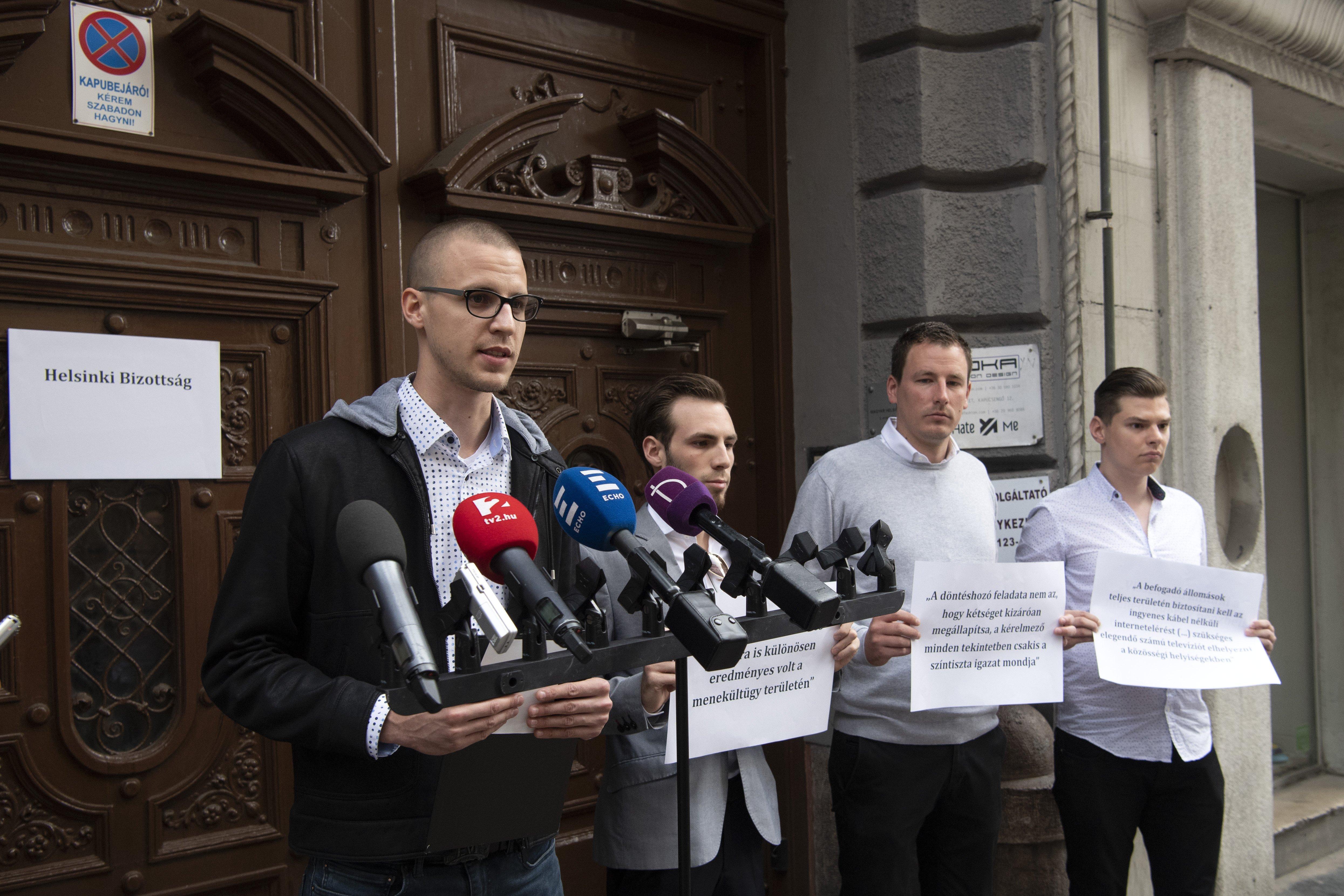 A kétharmados Fidesz a világ legnevetségesebb kampányában most a Helsinki Bizottság ajtaját matricázta le