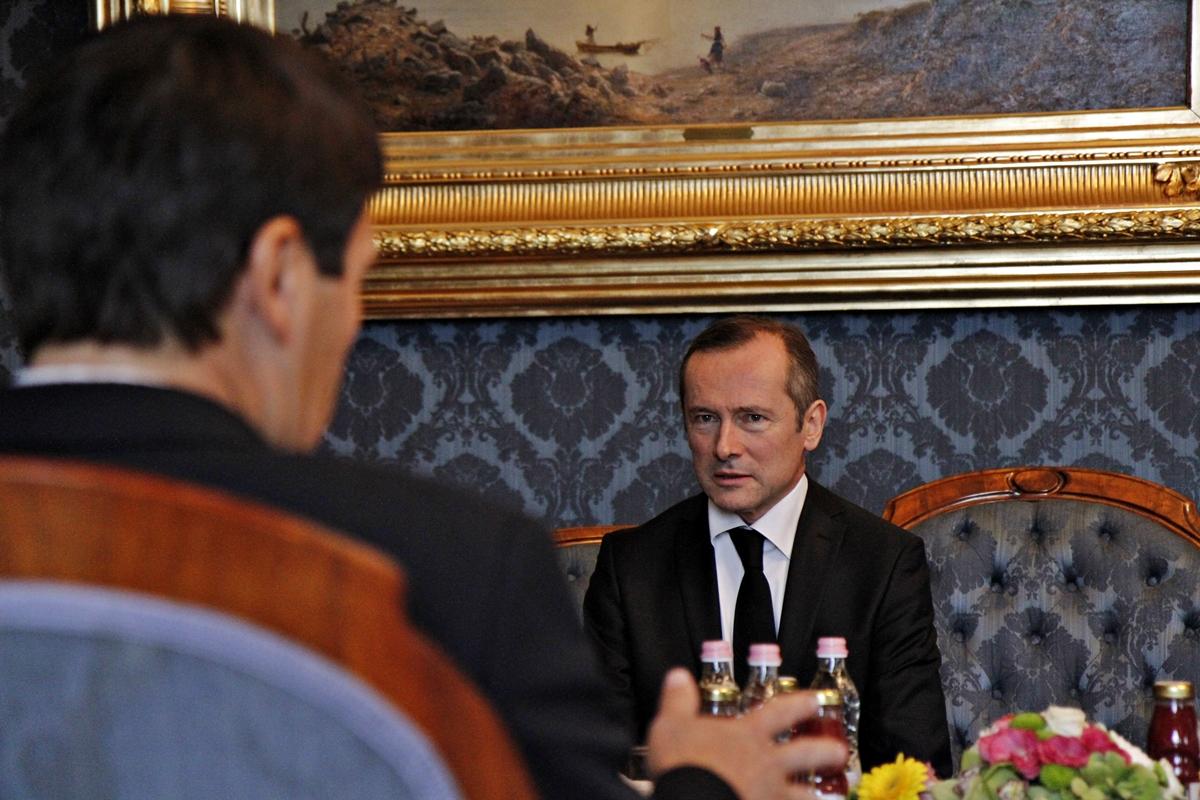 Macron leváltotta a budapesti francia nagykövetet, miután az kiállt Orbán mellett