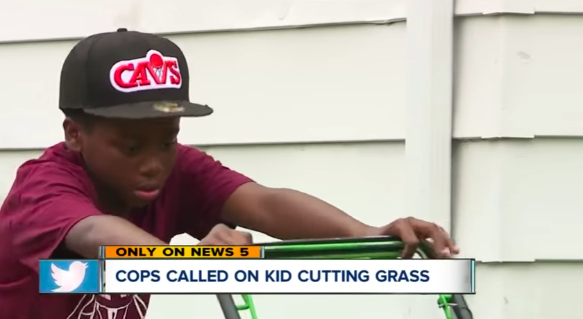 Egy felnőtt fehér ember hívott rendőrt a fűnyírással zsebpénzre gyűjtő, 12 éves fekete fiúra