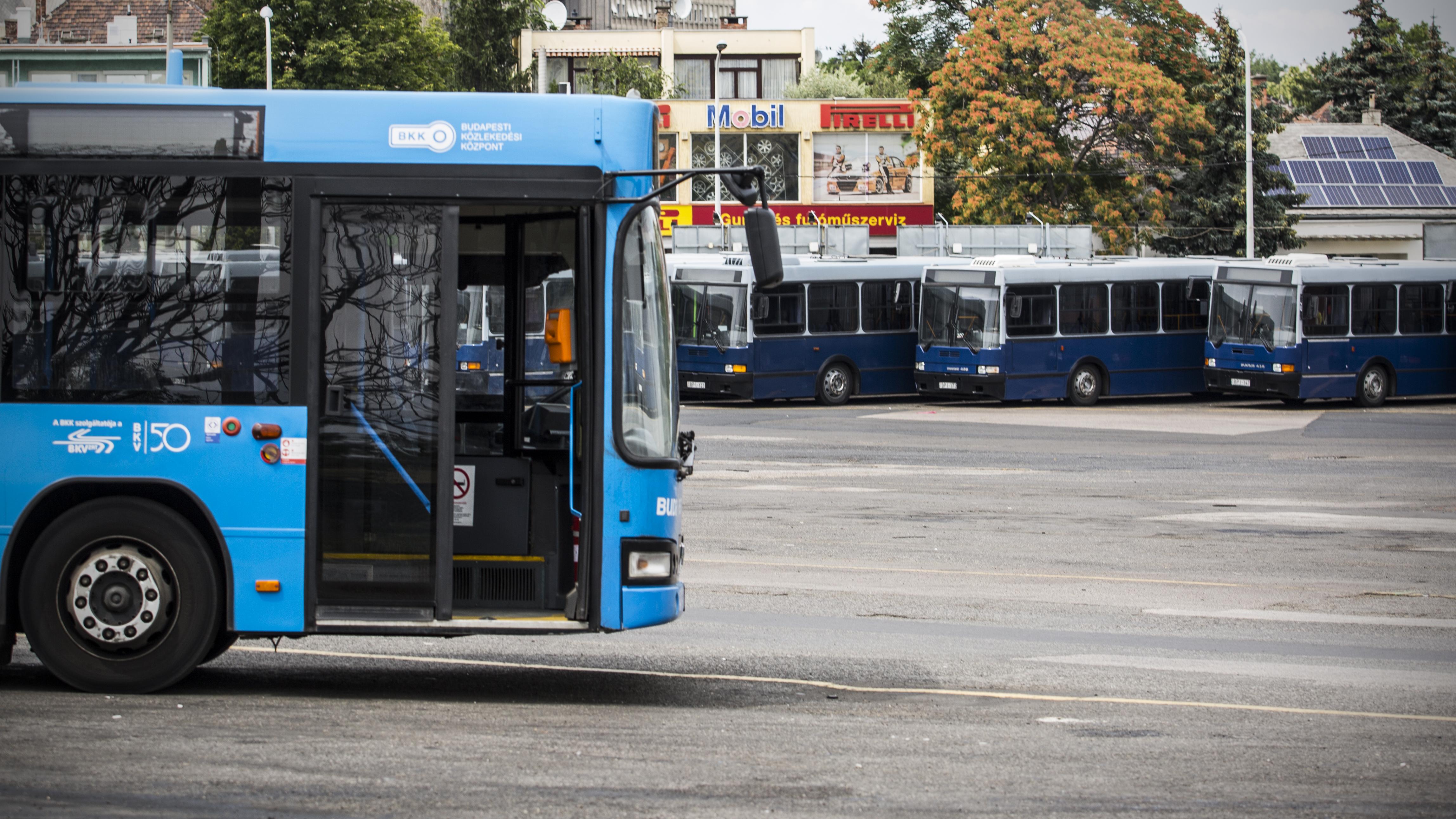 A maszkviselés miatt dühöngő utasok miatt a sofőrök elkülönítését kéri a BKV-tól a szakszervezet