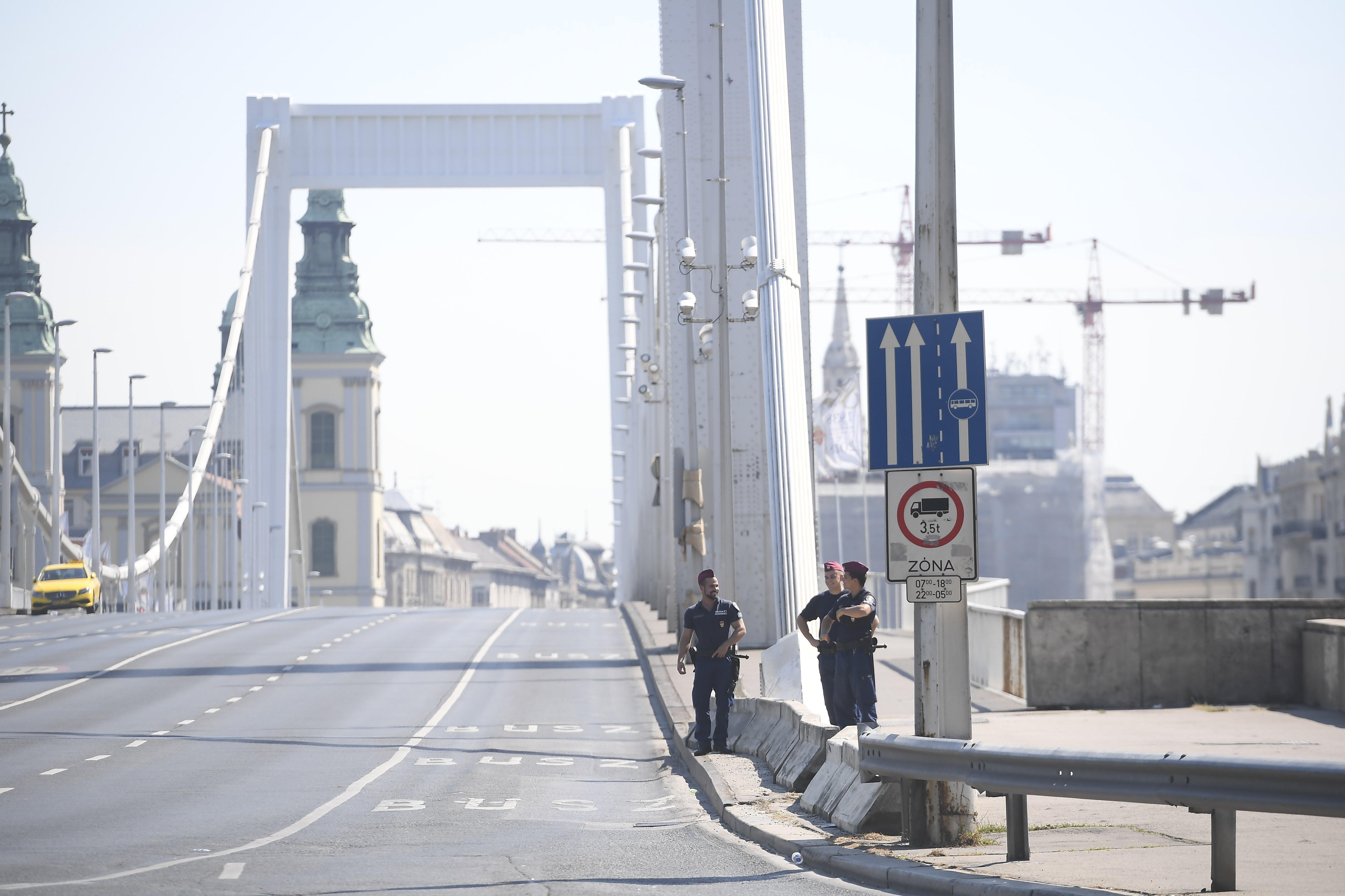 Lezárták az Erzsébet hidat, mert egy férfi felmászott a tetejére