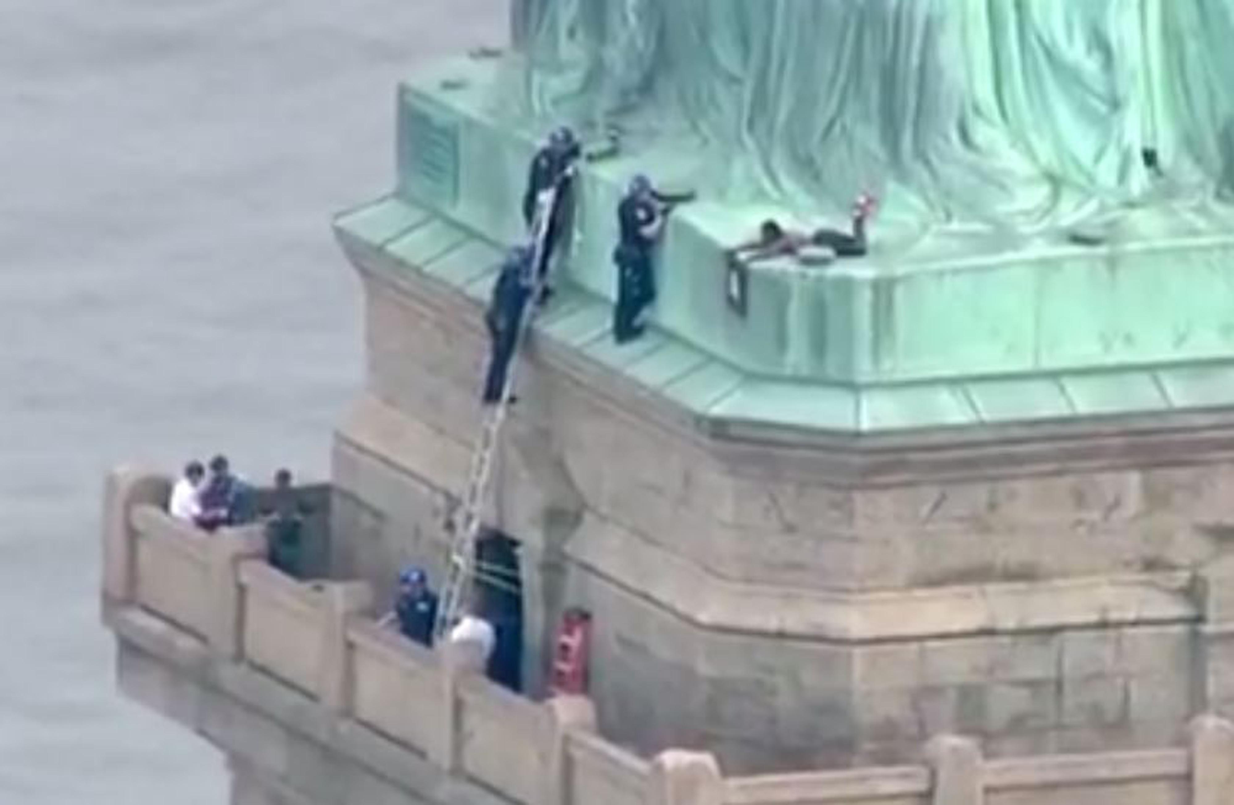 Felmászott egy aktivista a Szabadság-szoborra, hogy tiltakozzon a bababörtönök ellen