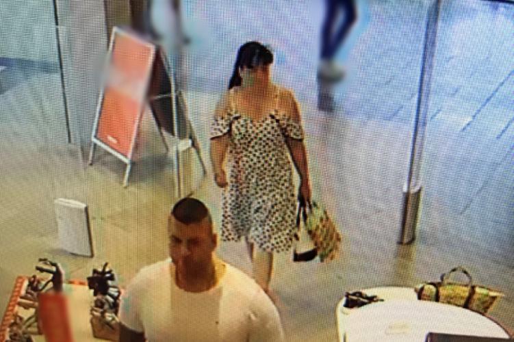 Egy kigyúrt férfi és egy pöttyös ruhát viselő nő tíz perc alatt kipakolta a cipőboltot a Westendben