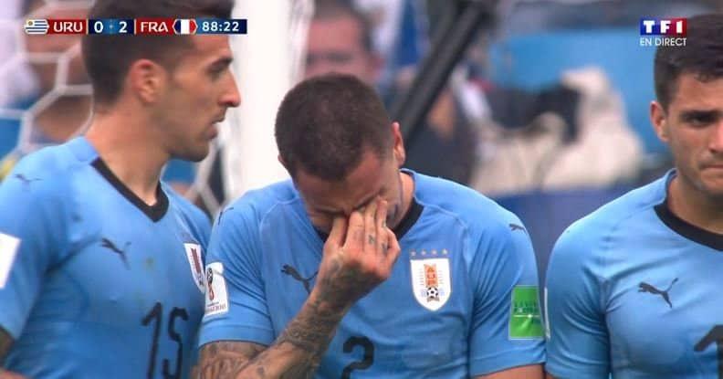 Még tartott a meccs, de az uruguayi védő már elsírta magát