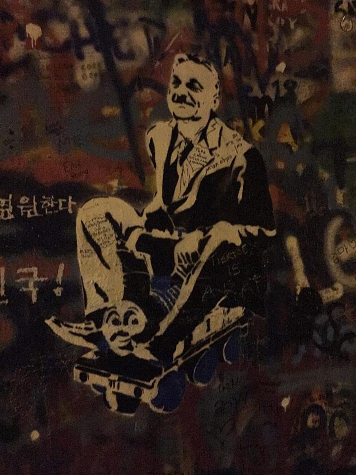 Prágáig vonatozott az ál-Banksy Orbánja