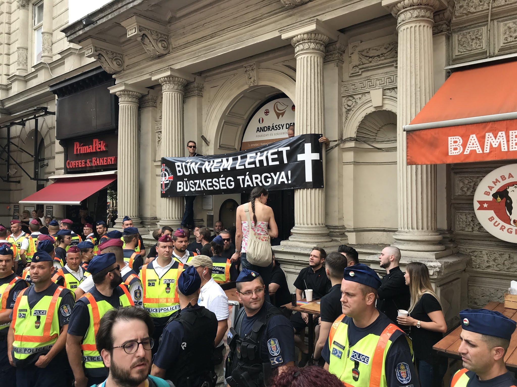 Néhány ellentüntetőnek sikerült átjutnia a kordonon, élőlánccal akarták elállni a Pride útját