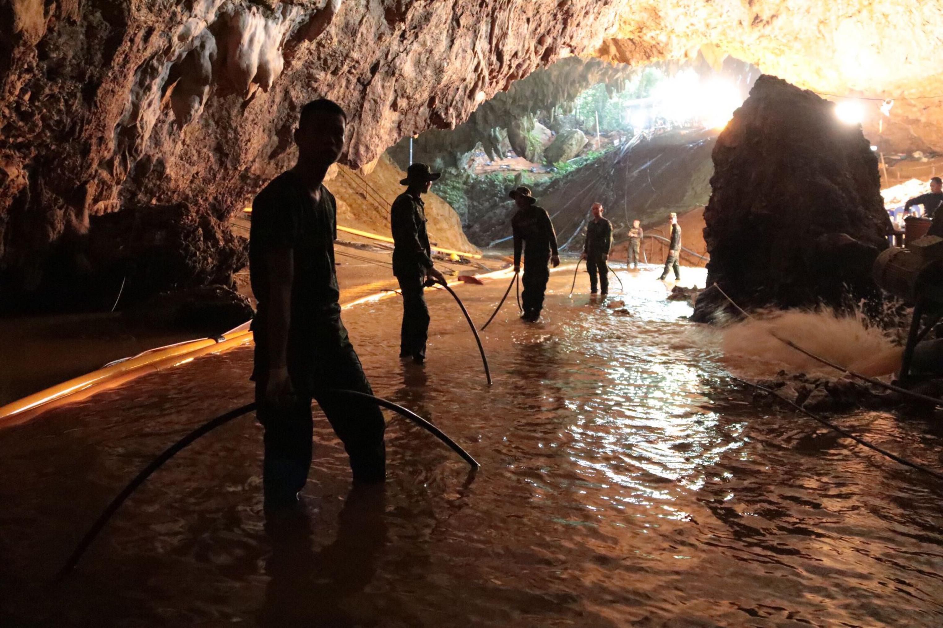 Barlangi mentőbúvárok mentették ki egy barlangból a barlangi mentőbúvárt, aki tavaly 12 gyereket mentett ki Thaiföldön egy barlangban búvárkodva