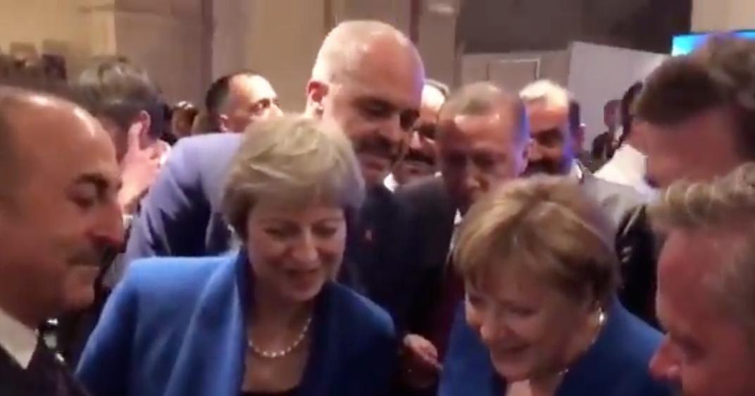 Azt ismered, amikor Merkel, May és Erdogan együtt nézik az elődöntőt egy okostelefonon?
