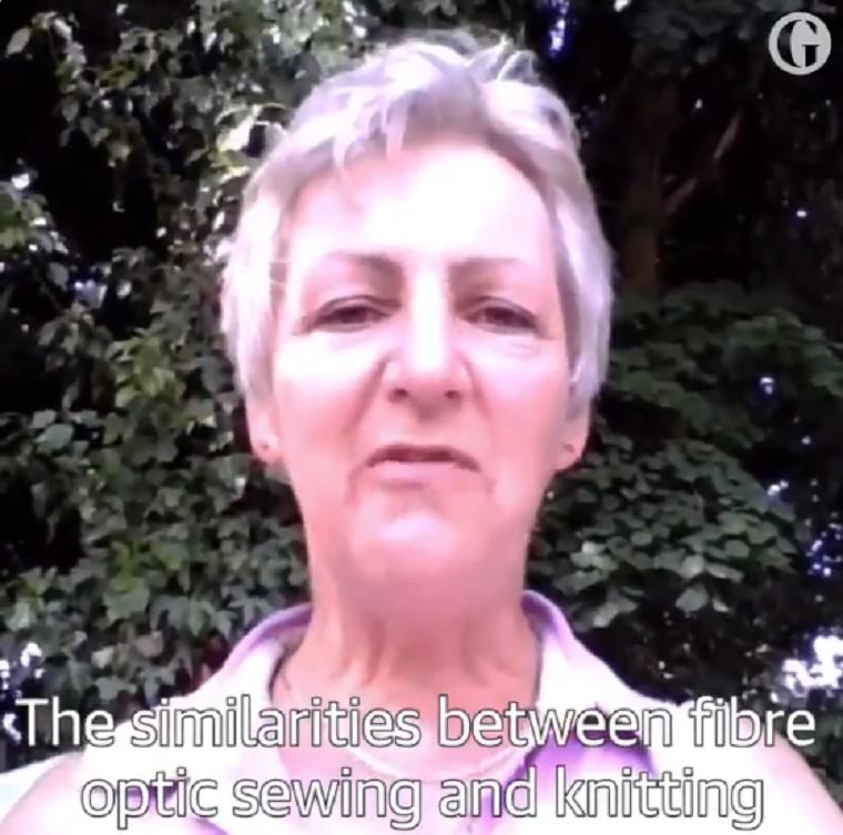 Digitális cukiság: gyűszűvel-tűvel varrta össze a walesi néni az optikai kábeleket, mert lassú volt a net a falucskában