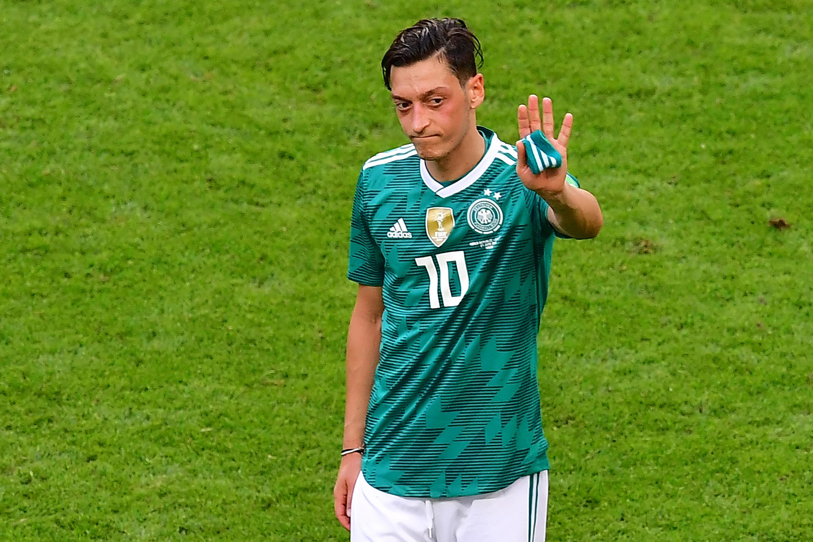 A német igazságügyi miniszter riasztónak tartja, hogy Özil a rasszizmus miatt távozik, a török miniszter gratulált neki, a Bayern München elnöke szerint nem baj, úgyis szarul játszott