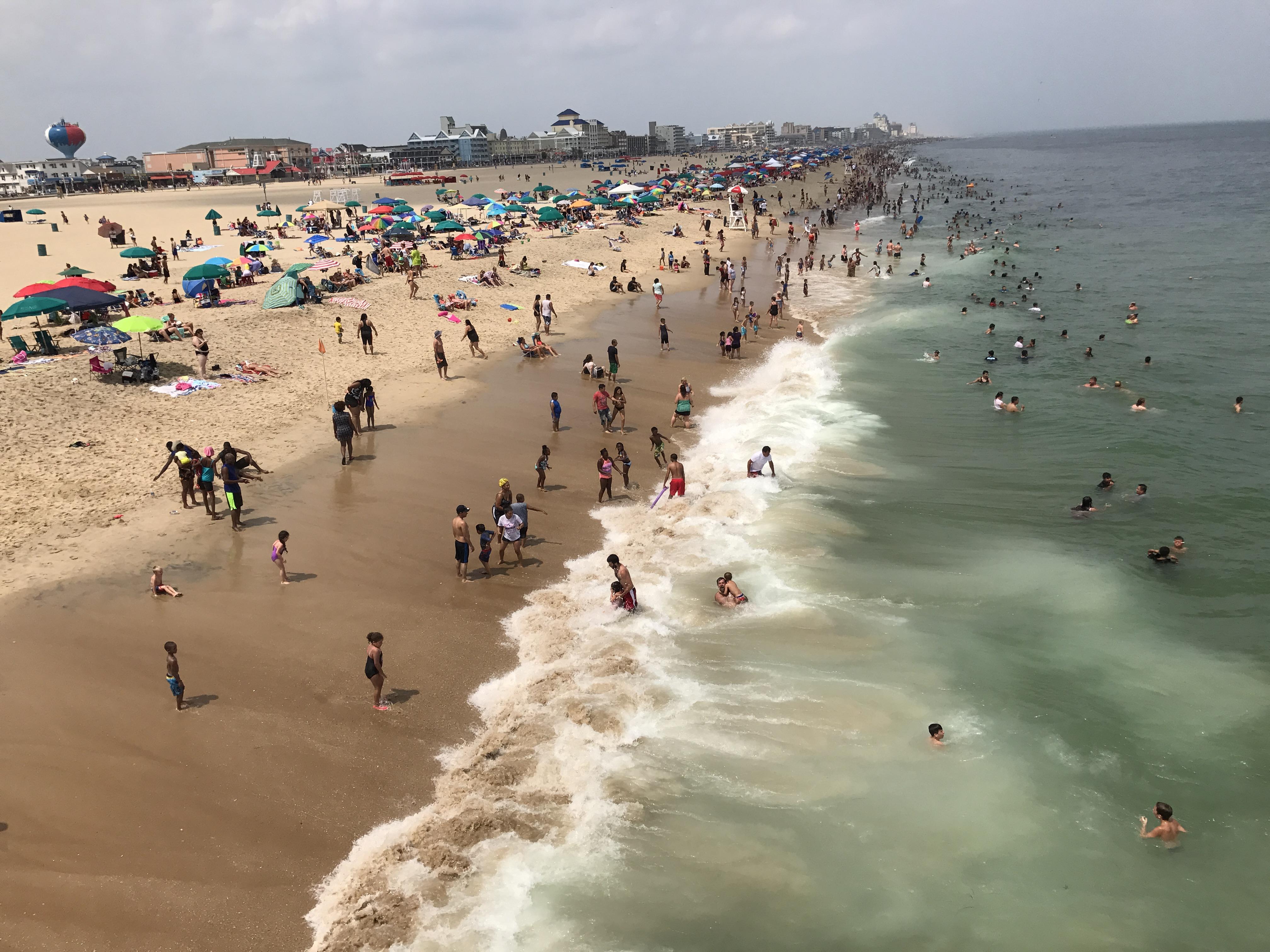 Elfújt a szél egy napernyőt a marylandi strandon, és addig fújta, amíg bele nem állt egy nő mellkasába