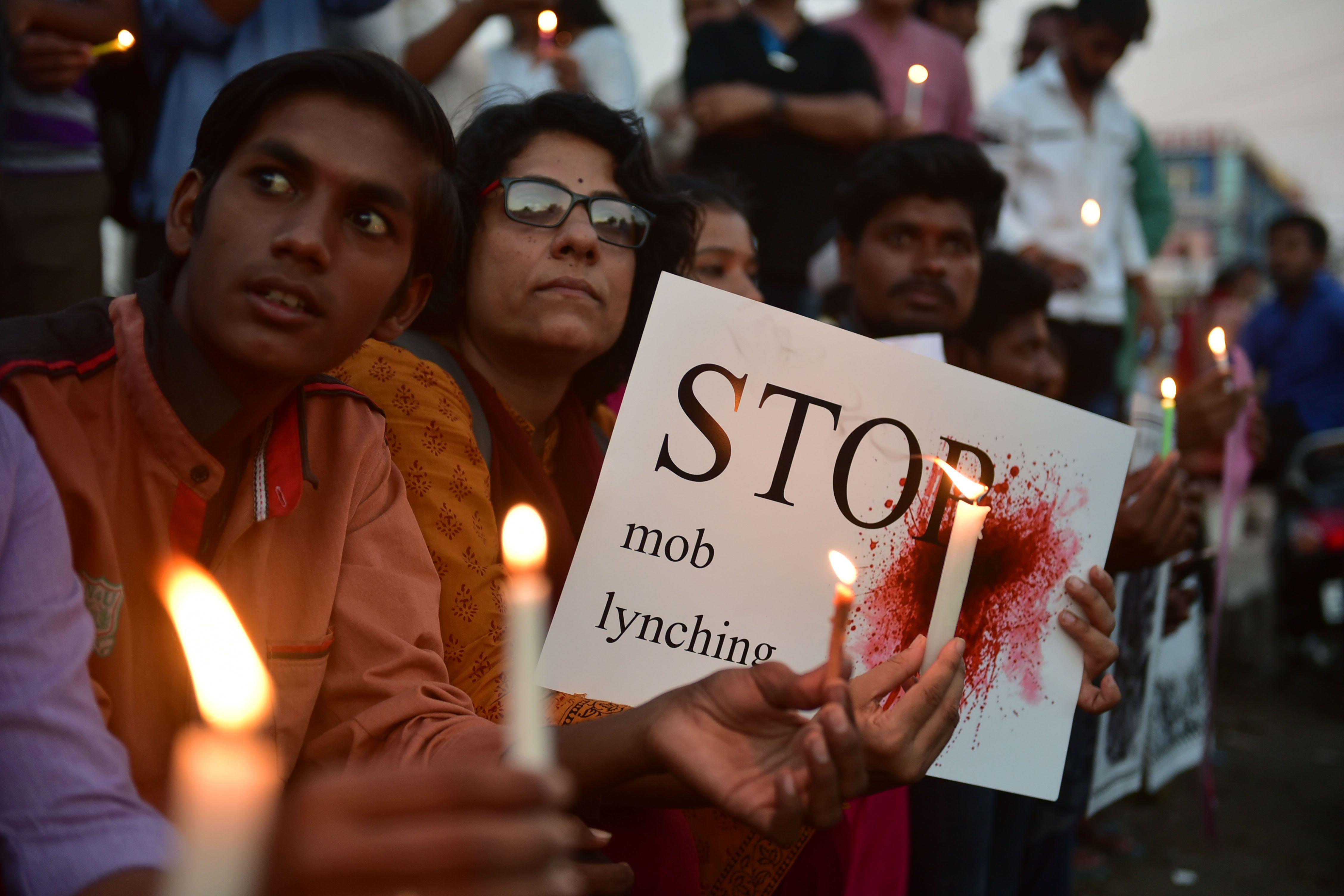 Hinduk meglincseltek egy muszlim férfit Indiában, kiszállt a rendőrség, de ahelyett hogy kórházba vitték volna, teázni kezdtek