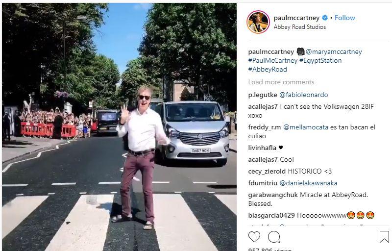 Paul McCartney átgyalogolt egy zebrán