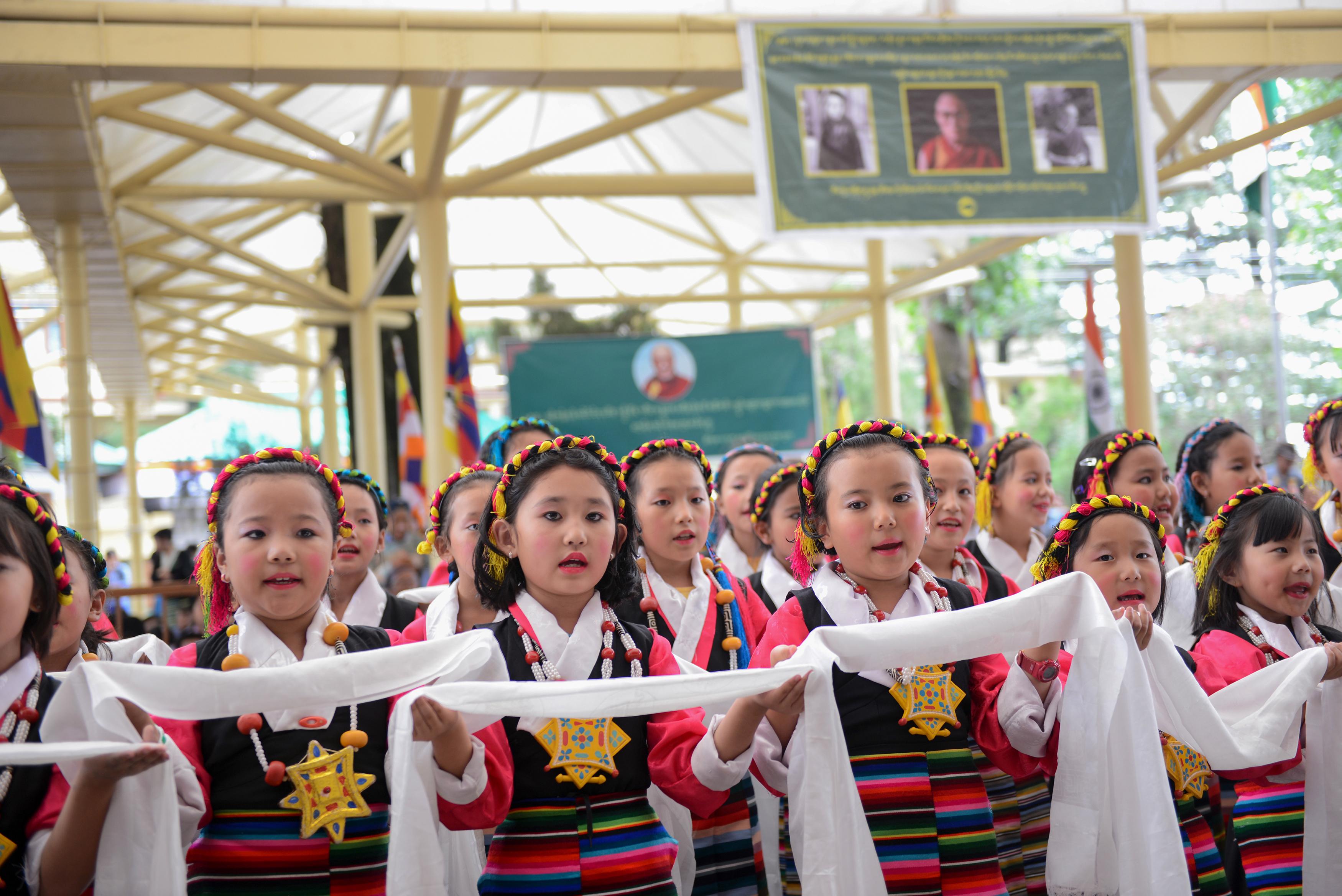 A tibeti iskolások a nyári szünetben sem gyakorolhatják a vallásukat