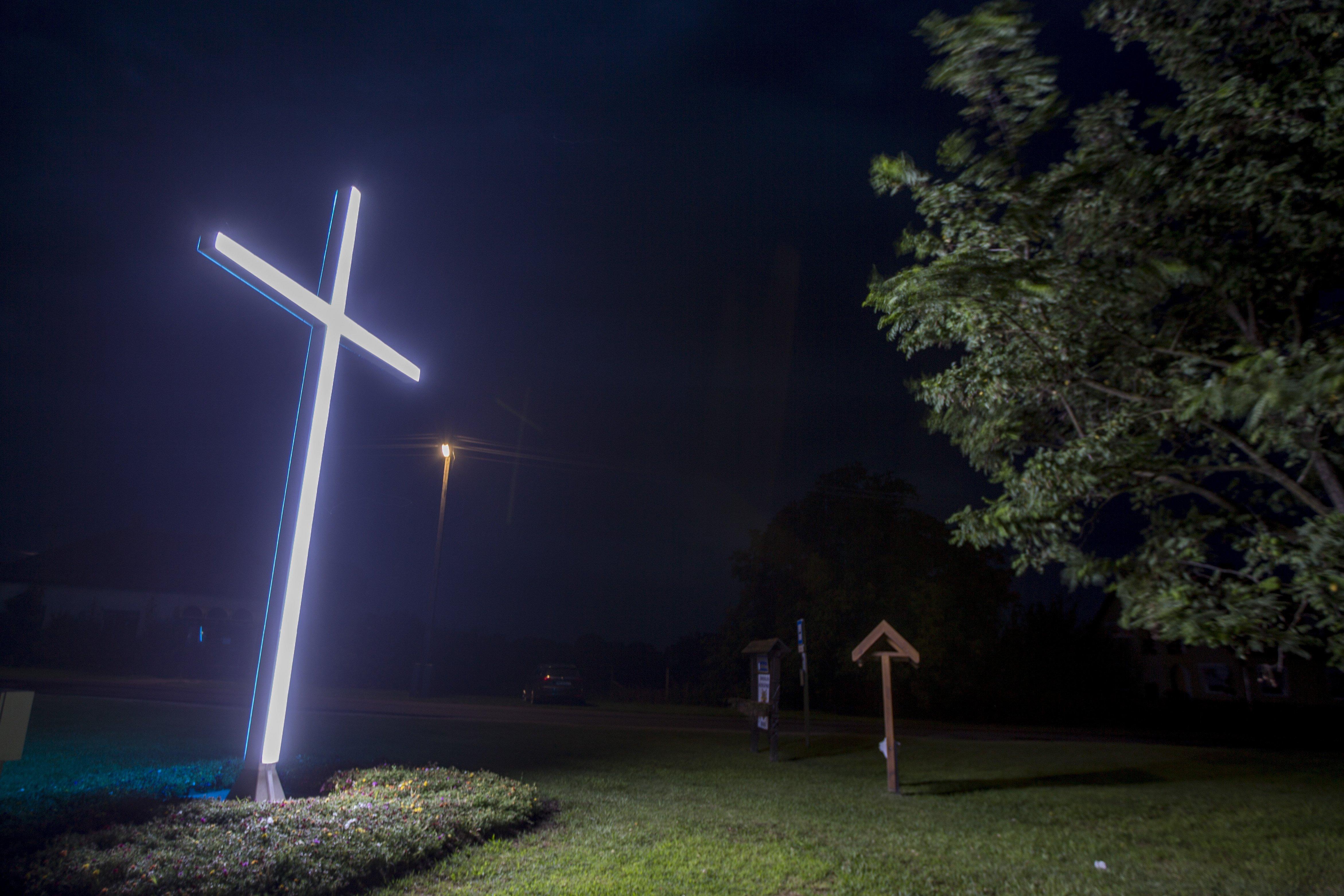 Csongrád megyében felállítottak egy hatméteres, világító keresztet