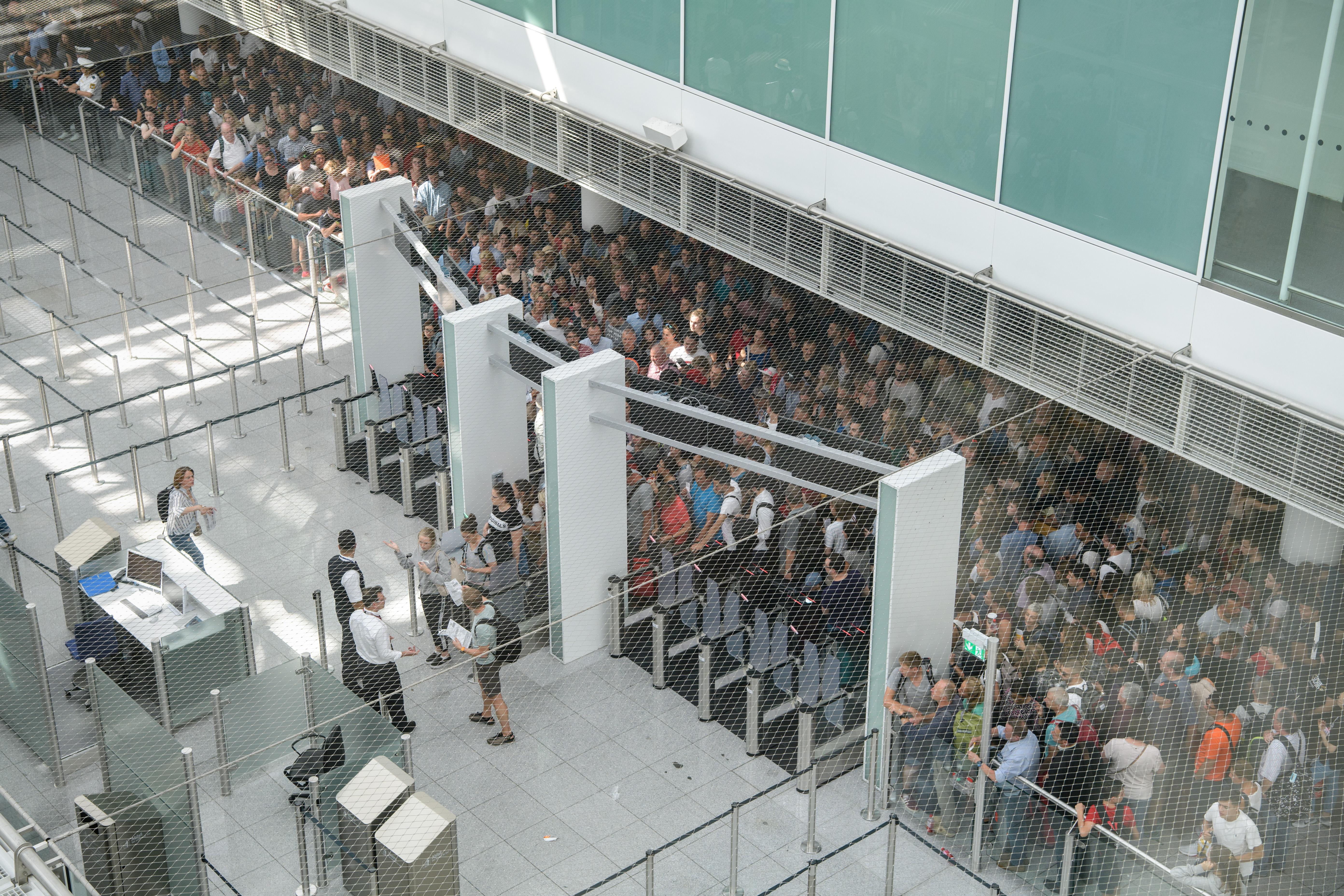 130 járatot töröltek a müncheni repülőtéren, miután egy spanyol utas ellenőrzés nélkül lépett be a tranzitterületre