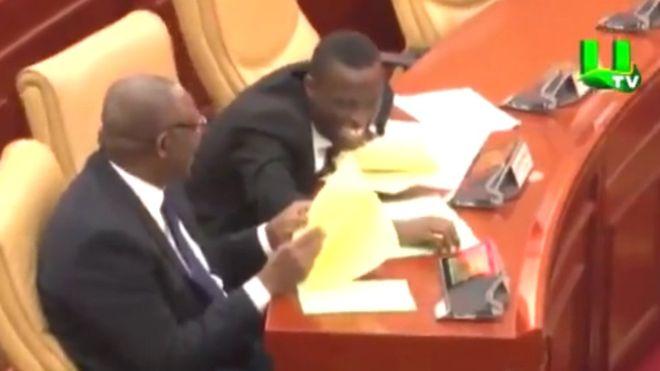 Röhögőgörcsben tört ki a ghánai parlament, amikor egy képviselő a Bölcs Vagina nevű falut emlegette