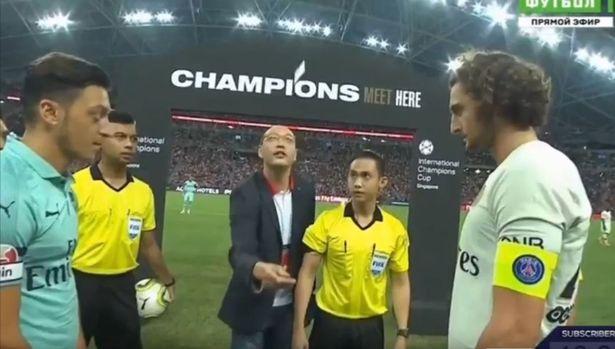 Pénzérme helyett egy bankkártyát dobtak fel az Arsenal-PSG meccs előtt